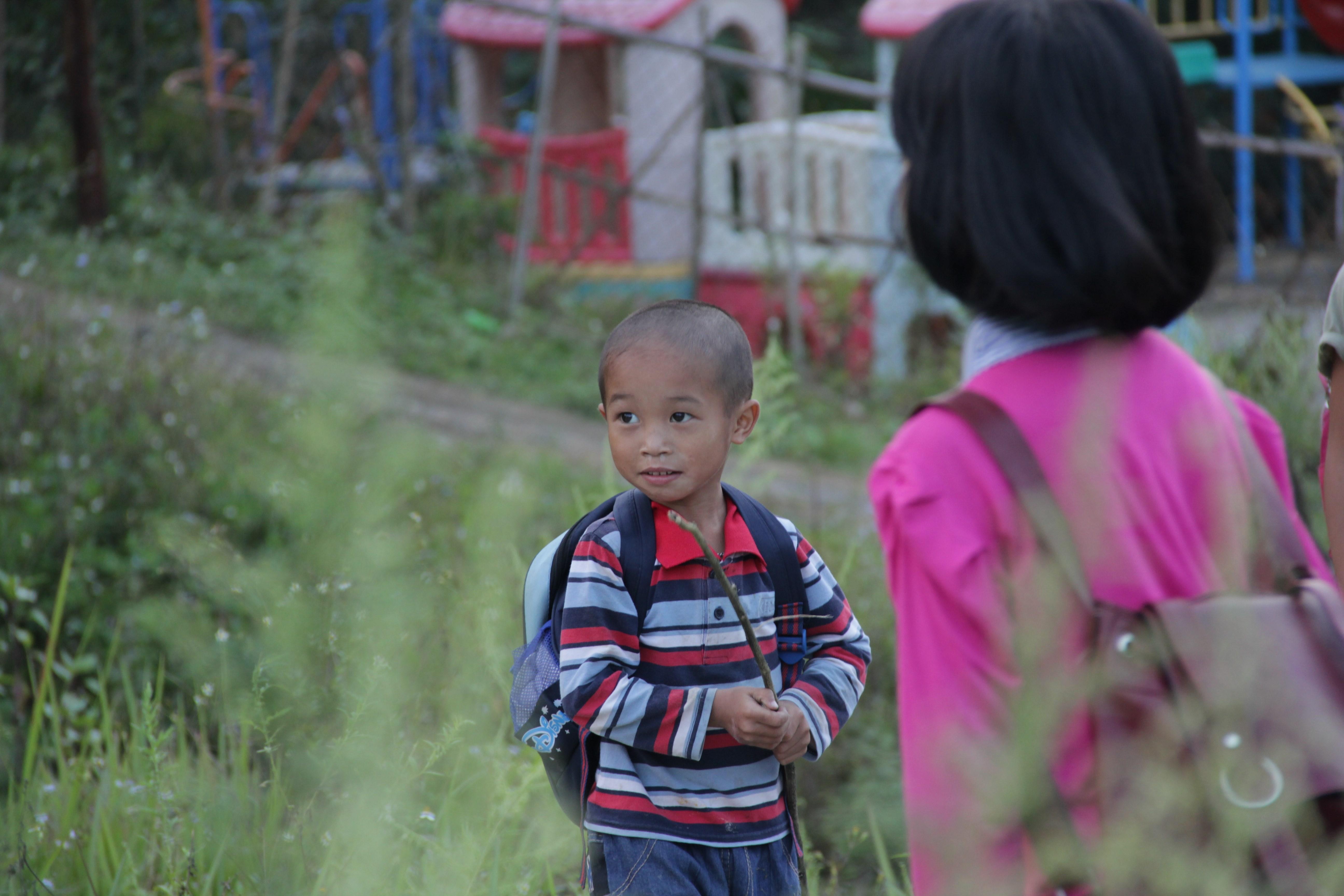 Un jeune élève à la sortie de l'école de Ta Van. (© Jérôme Decoster)