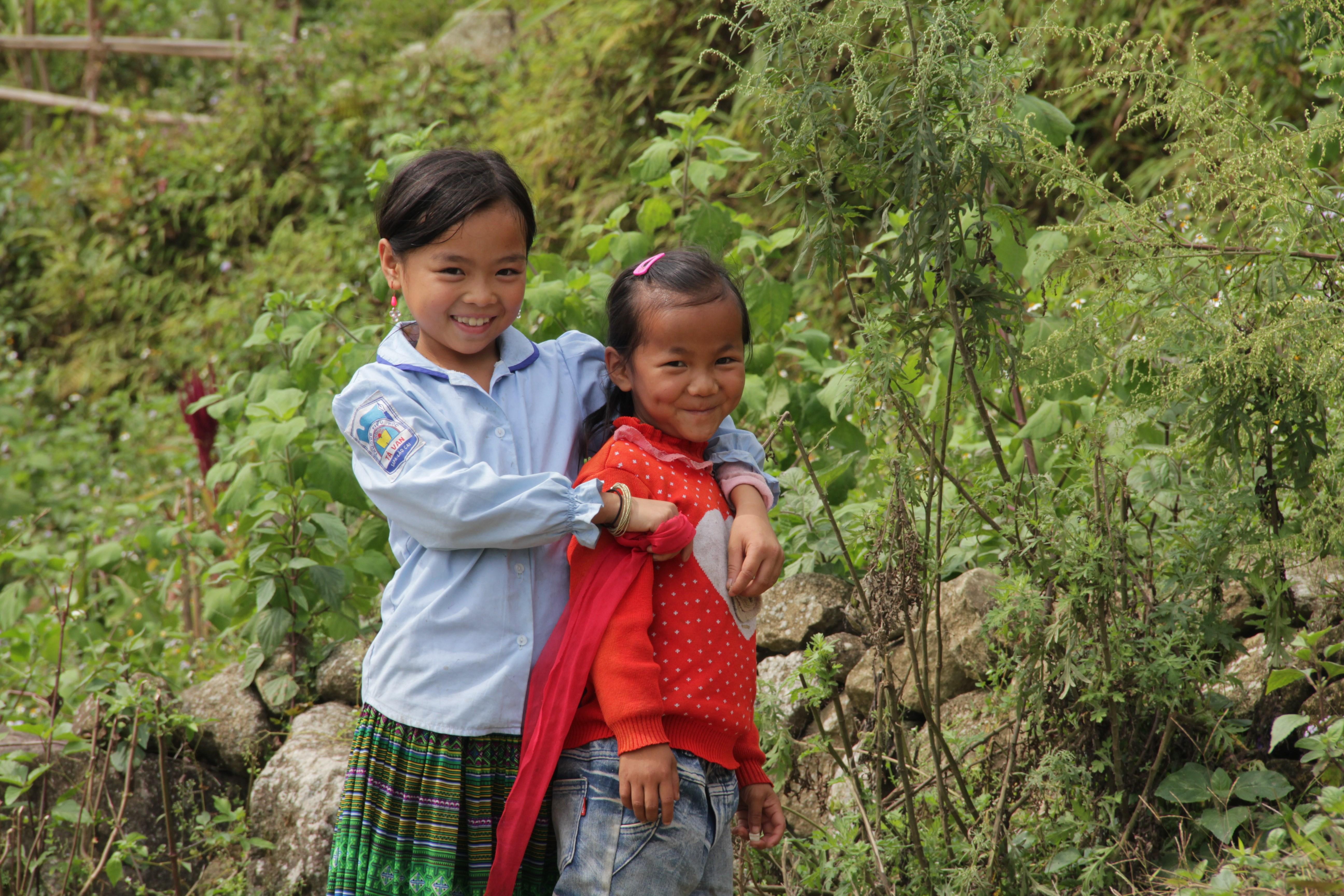 Deux fillettes posent dans leur village de Giang Ta Chai. (© Jérôme Decoster)