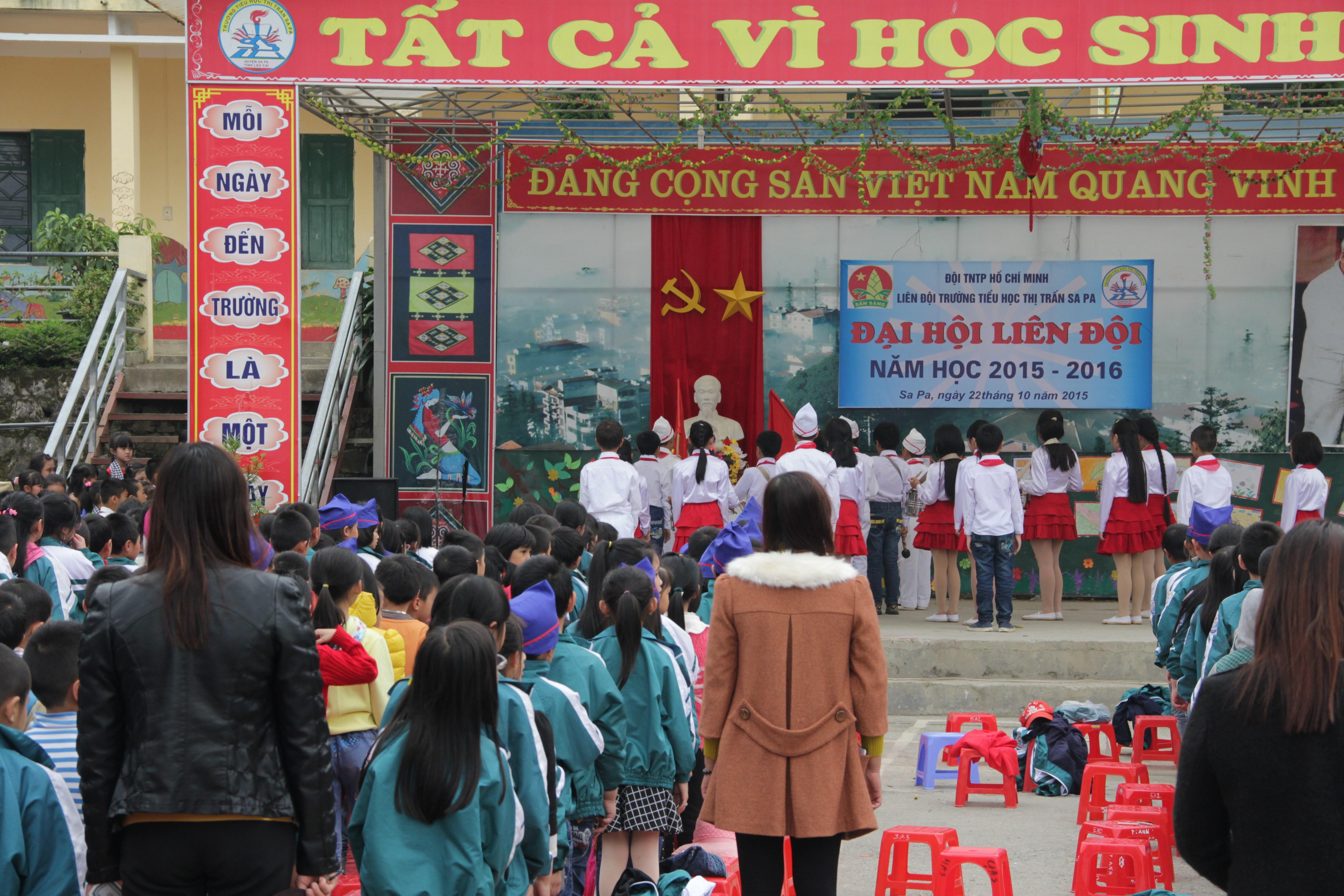Les écoliers rendent gloire au régime communiste. (© Jérôme Decoster)