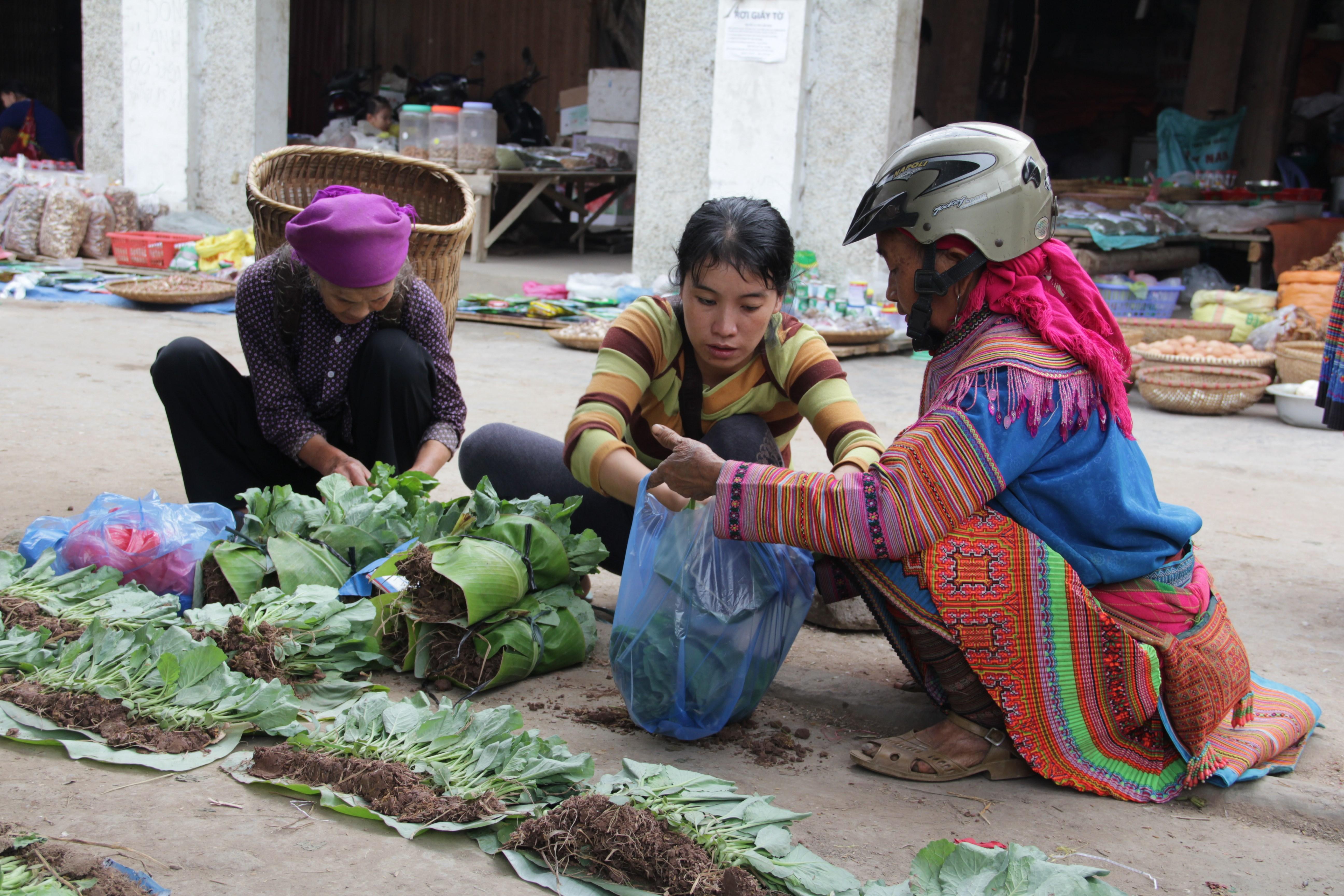 Les H'mong viennent au marché du dimanche faire leurs courses pour la semaine (© Aurélie Bacheley).