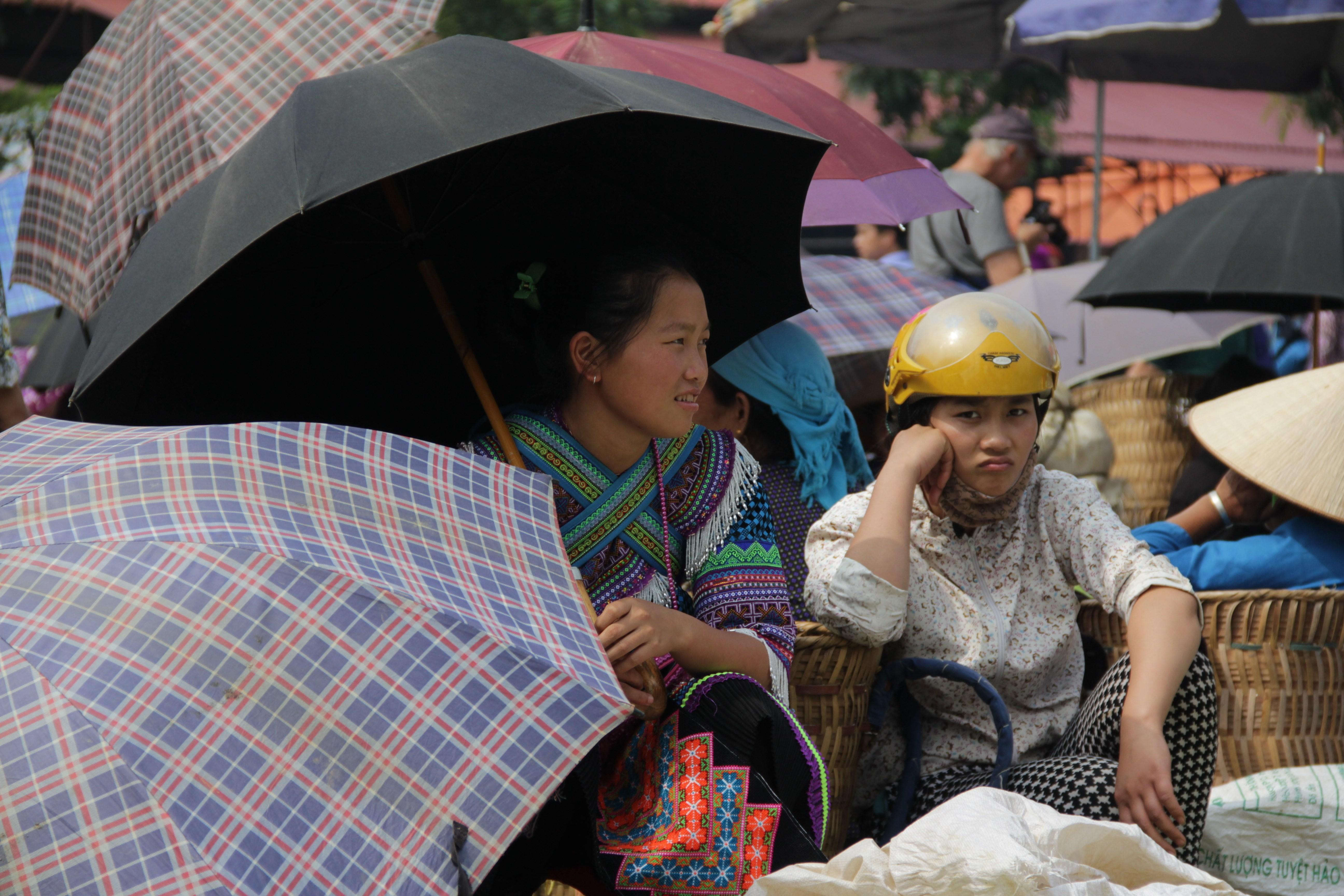 Dès 9 h 30 les parapluies sont de sortie pour se protéger du soleil (© Aurélie Bacheley).