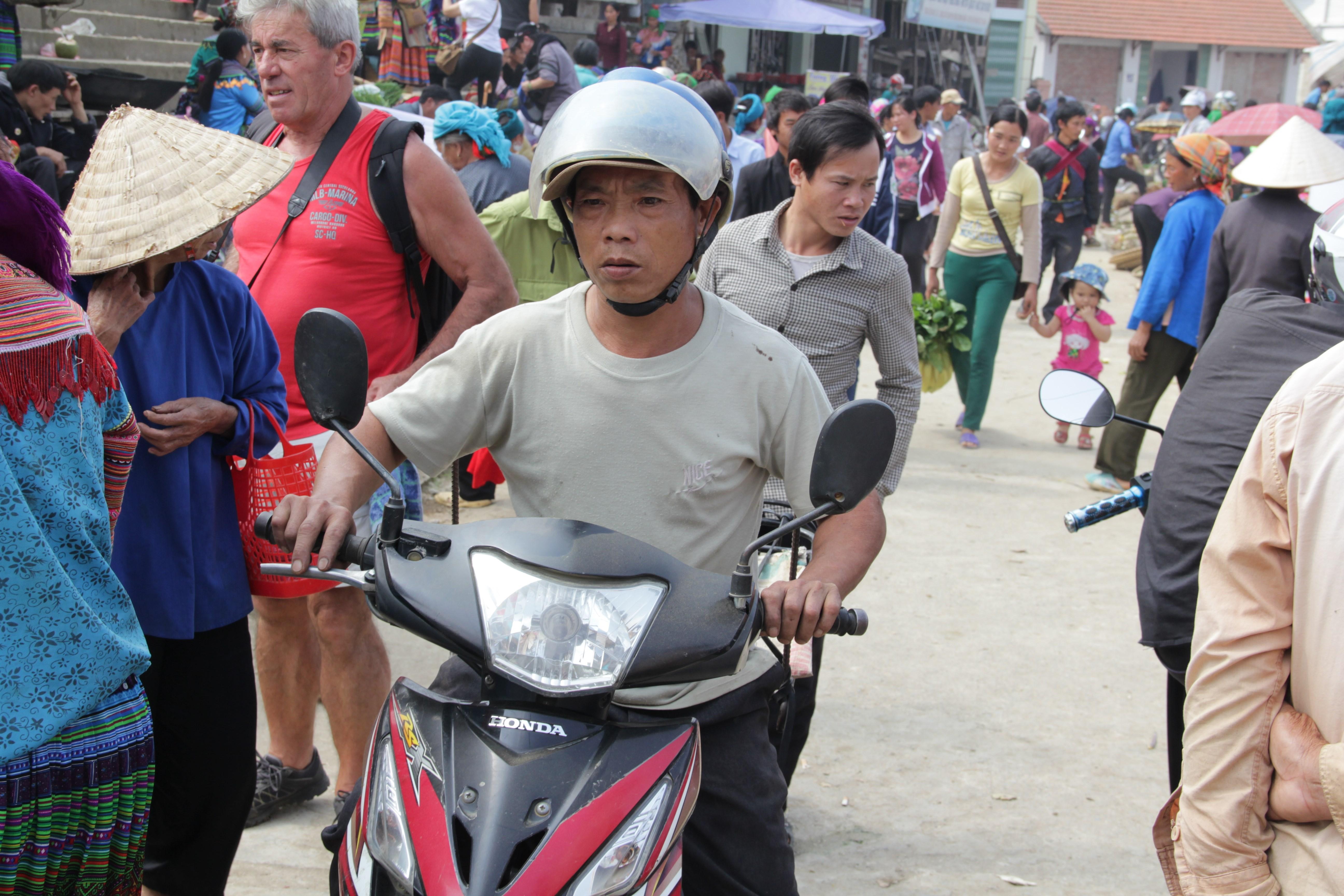 A grands renforts de klaxons, les motards arrivent toujours à se faire une place (© Jérôme Decoster).
