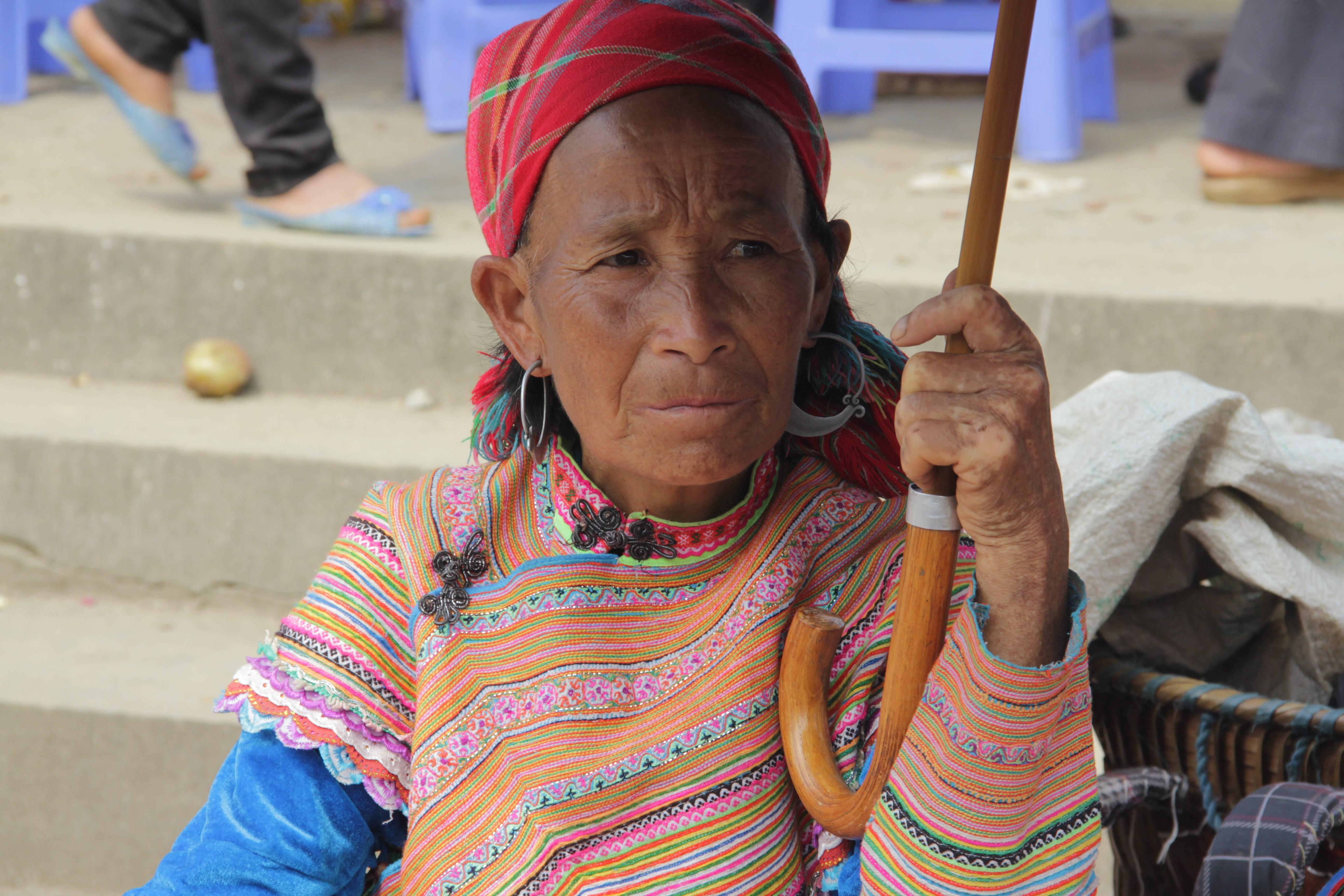 Les clients ne se bousculent pas au stand de cette vieille dame (© Jérôme Decoster).