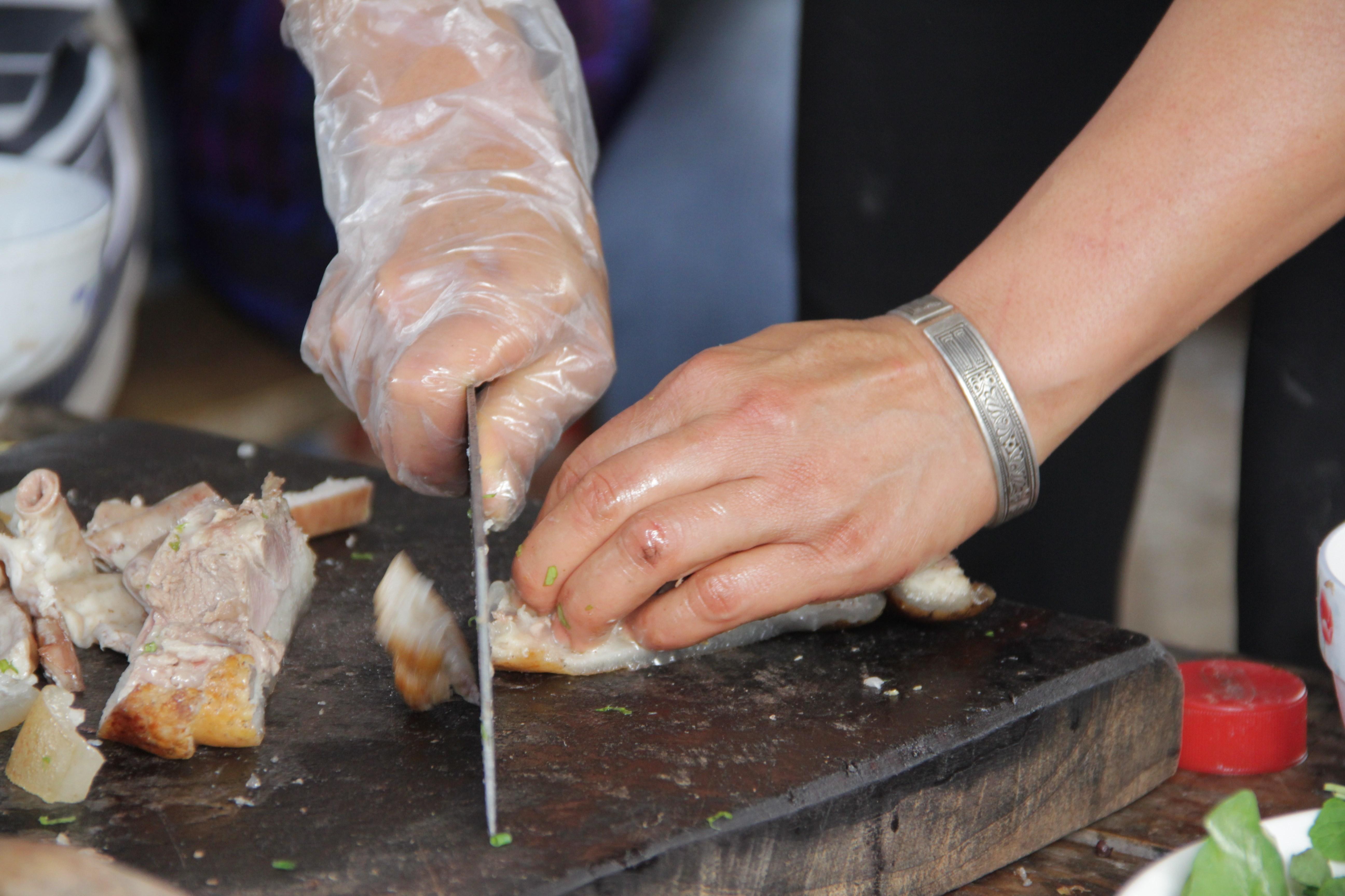 La viande fraîchement achetée est découpée avant de finir dans les bols de Phở (© Jérôme Decoster).
