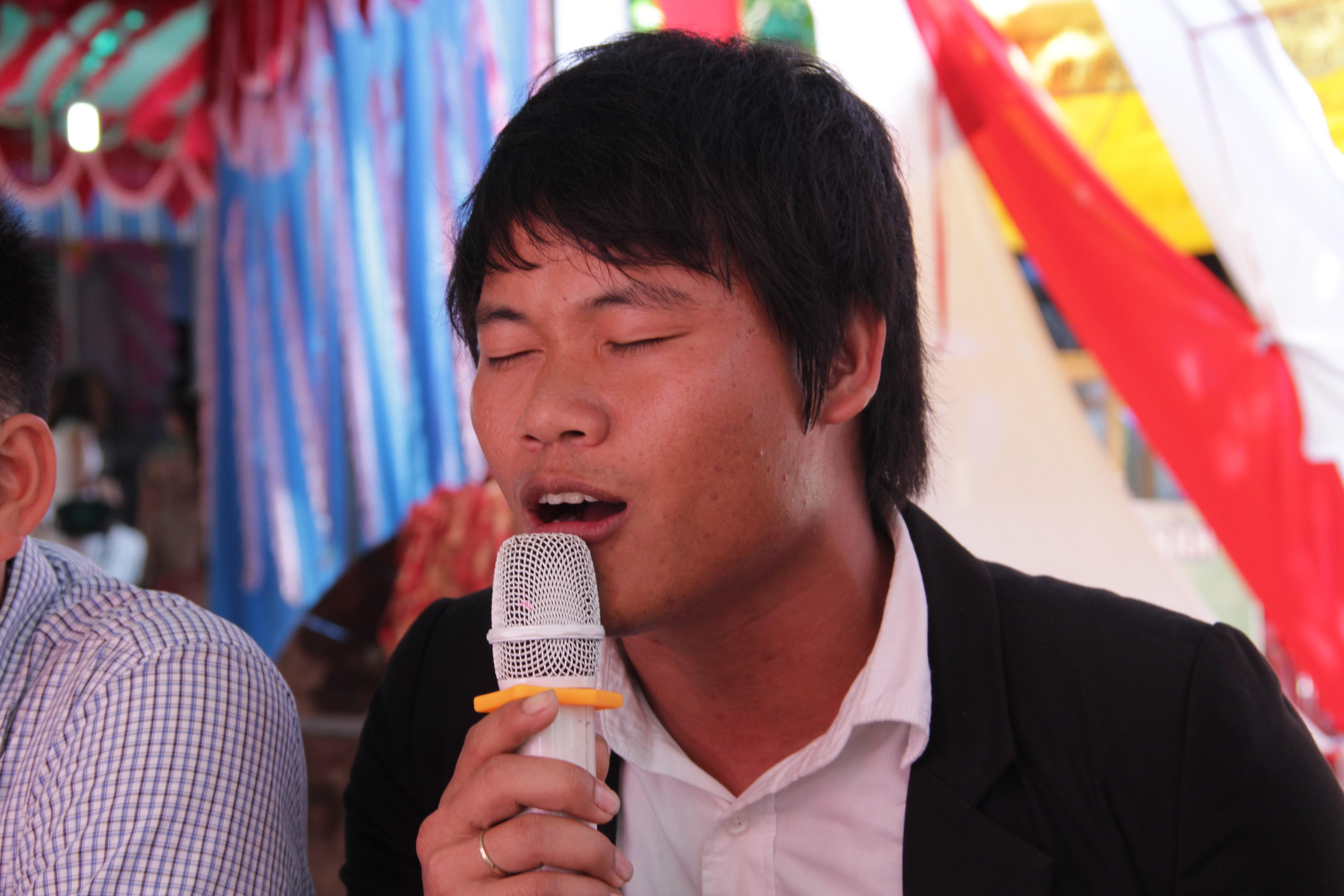 Les convives sont ravis de chanter à tour de rôle.