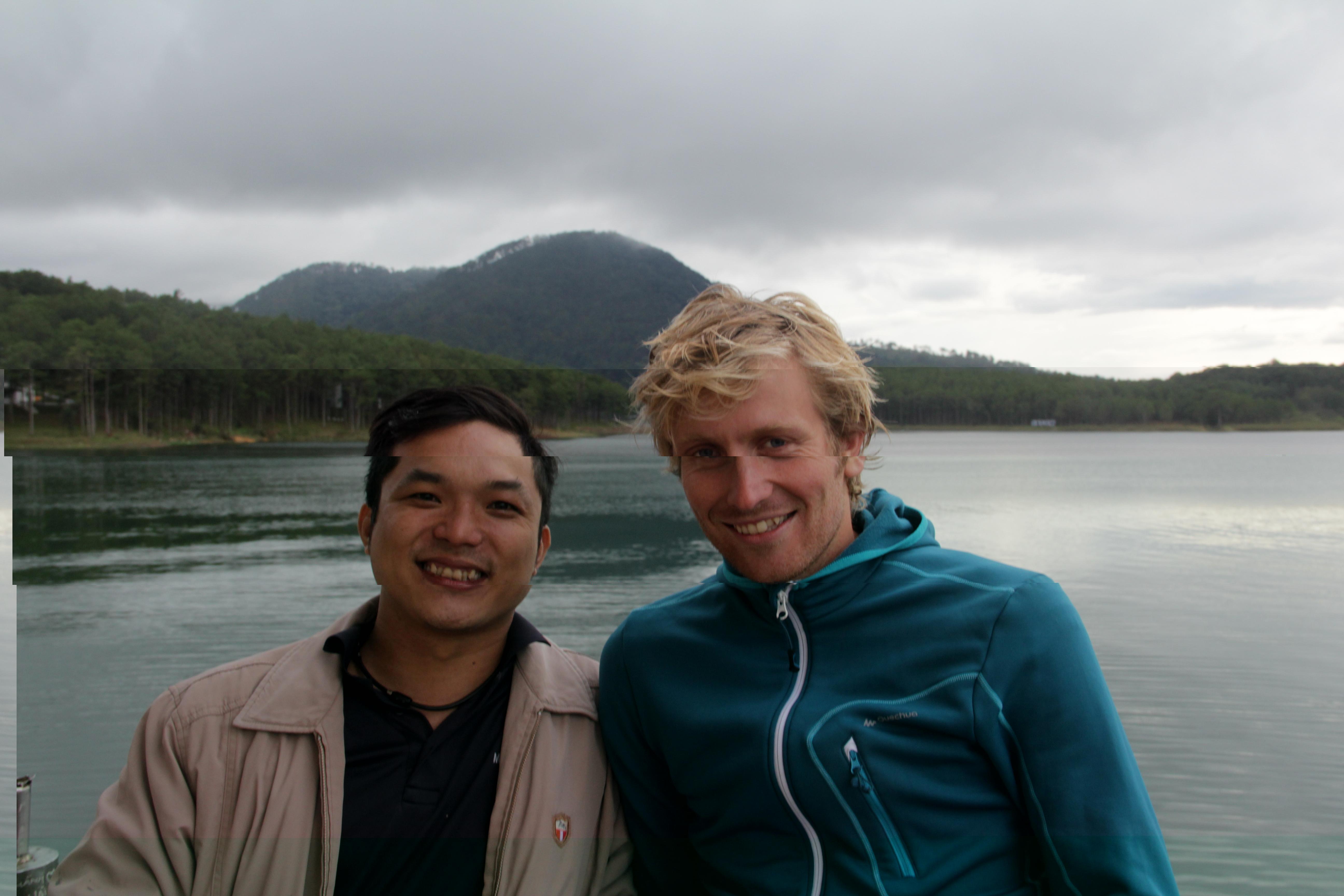 Jason, notre hôte et Jérôme devant le lac de Hồ Tuyền Lâm (© Aurélie Bacheley).