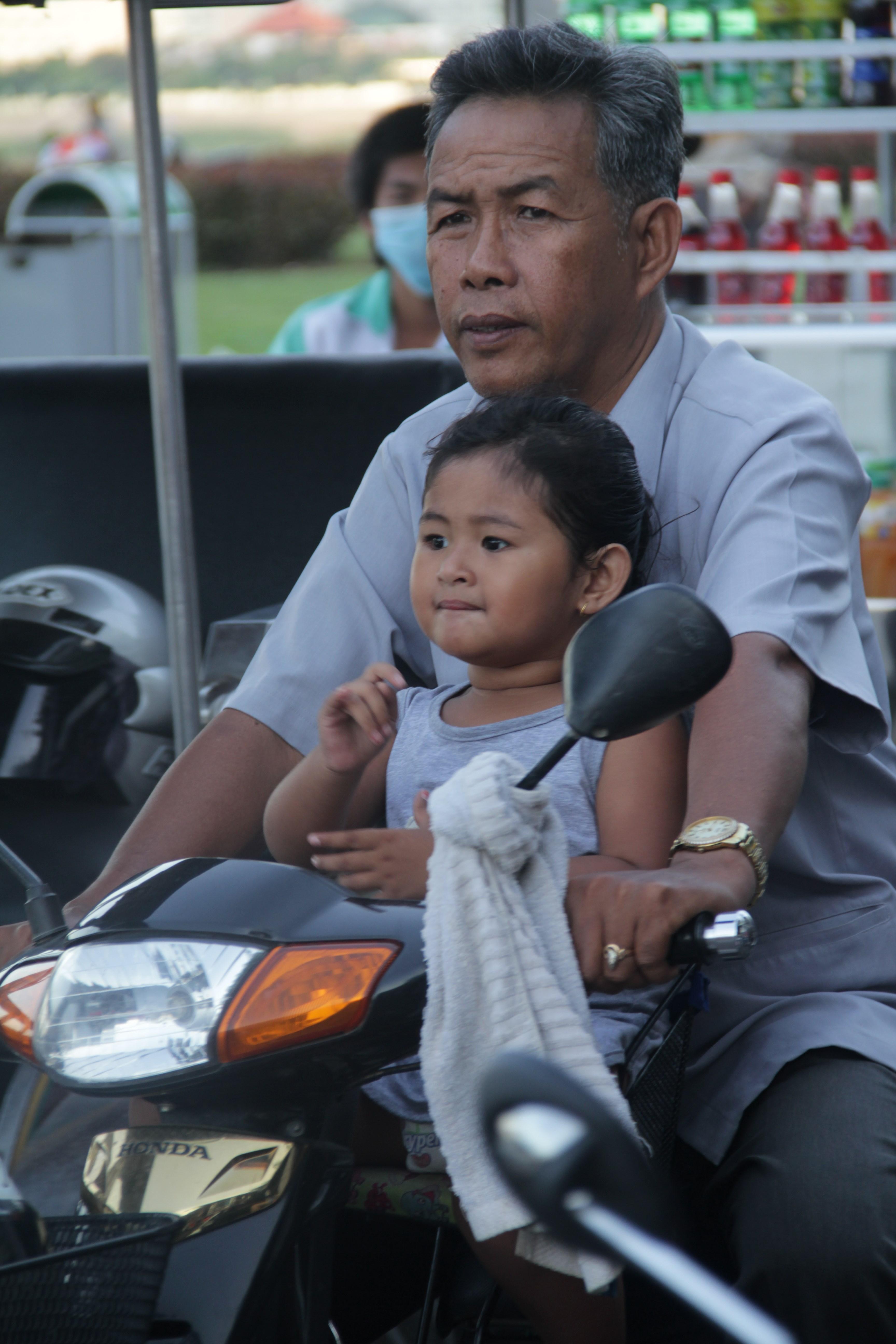Si l'on voit beaucoup de voitures à Phnom Penh, le scooter reste le moyen de transport principal (© Jérôme Decoster).