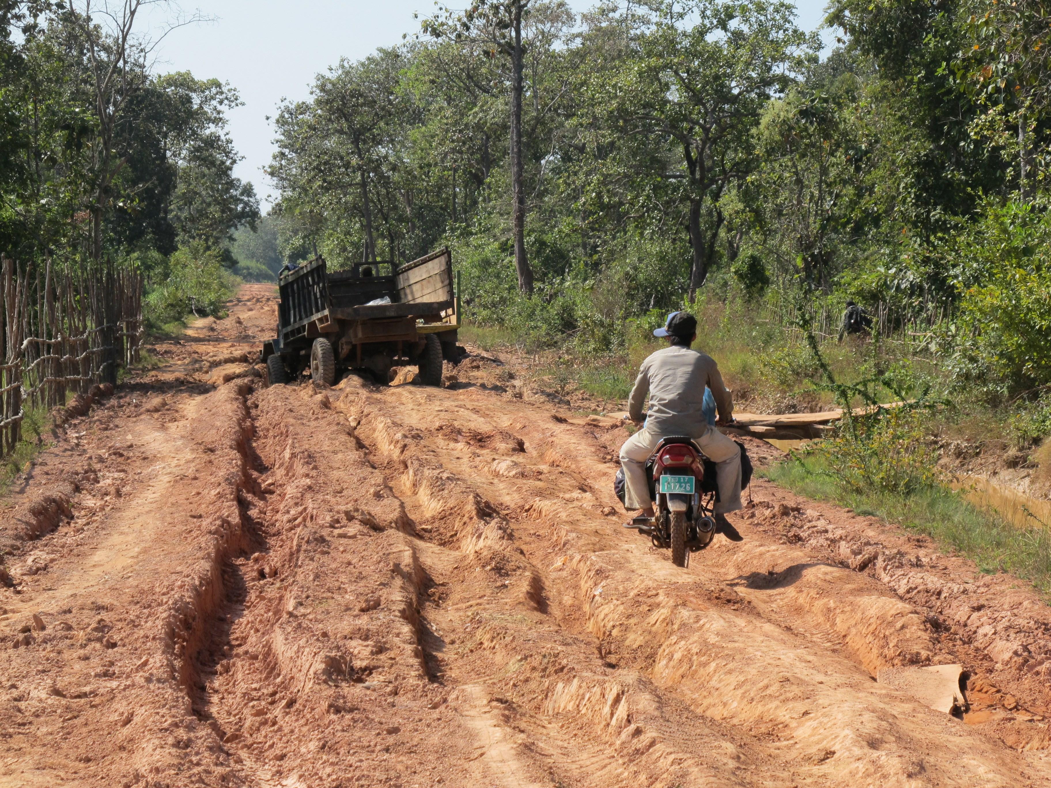 Contrairement aux hommes, les camions ont du mal à se faire discrets (© Poh Kao).