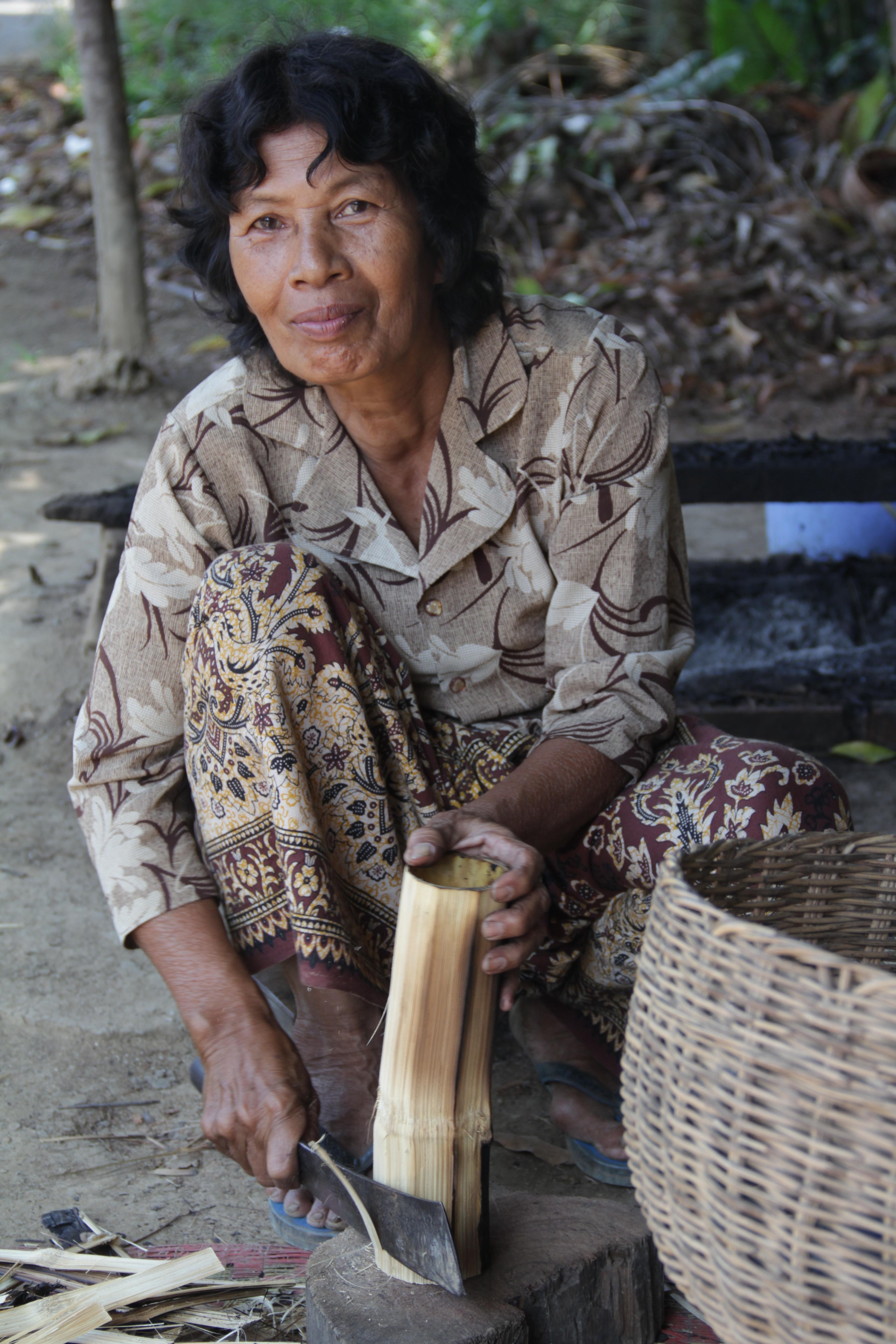 Cette femme concocte des gâteaux de riz dans du bambou et les vend ensuite sur le marché (© Jérôme Decoster).