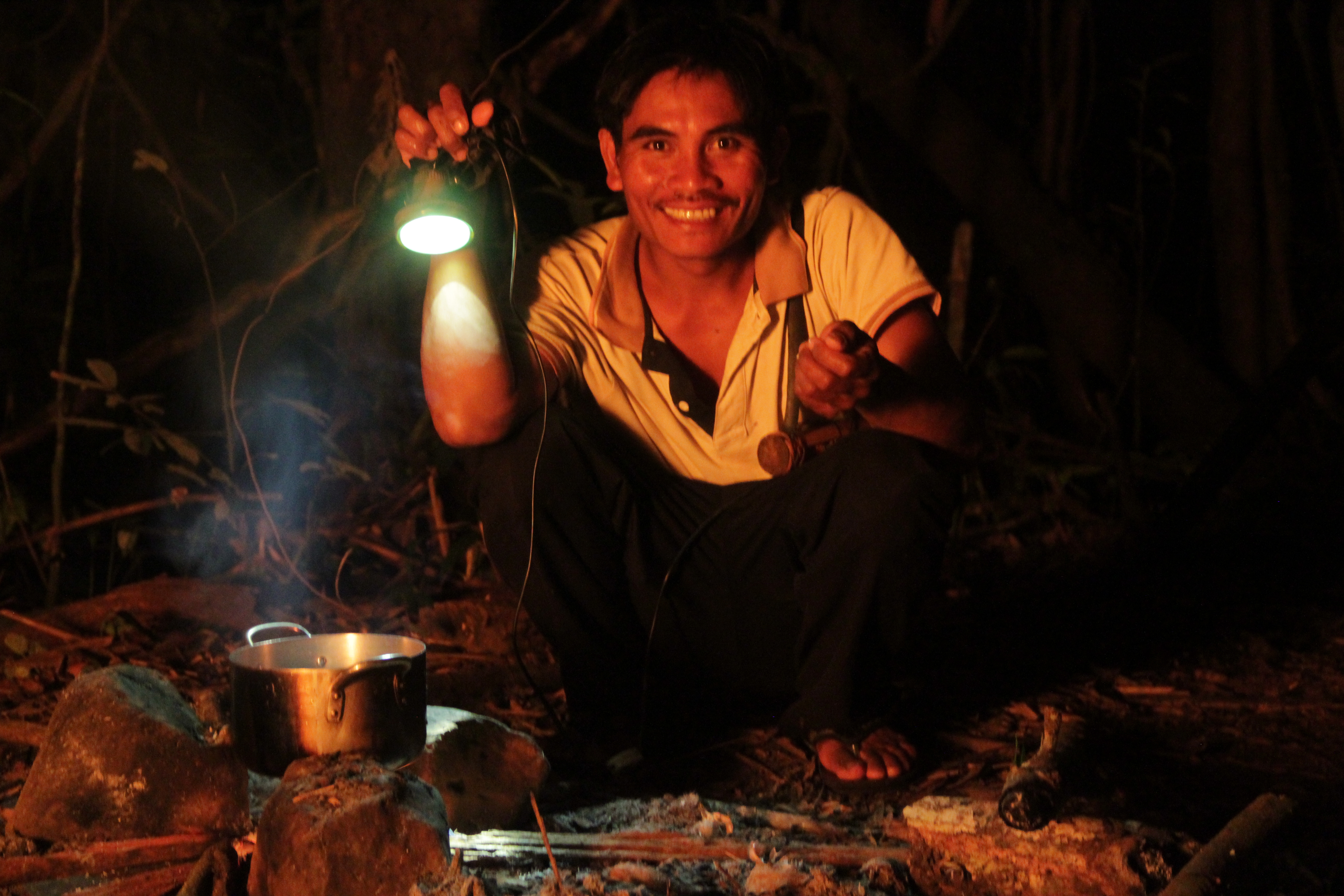 Huong, notre guide, prépare à manger en plein milieu de la jungle. On entend que le crépitement du feu et le bruit des cigales (© Jérôme Decoster).