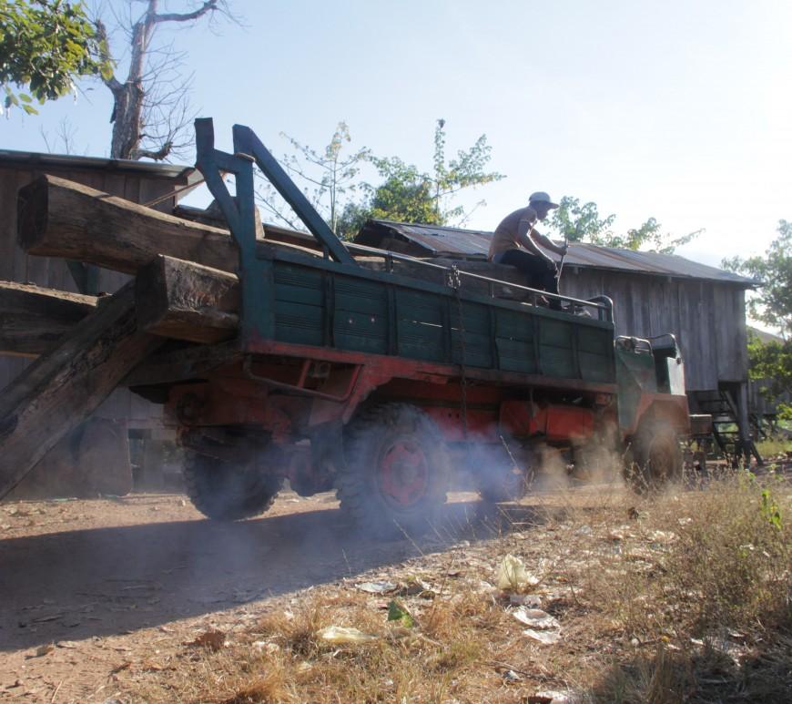 Un camion revient de la forêt plein de bois. Soit il sert juste à fabriquer les maisons, soit il est revendu aux concessions économiques (© Jérôme Decoster).