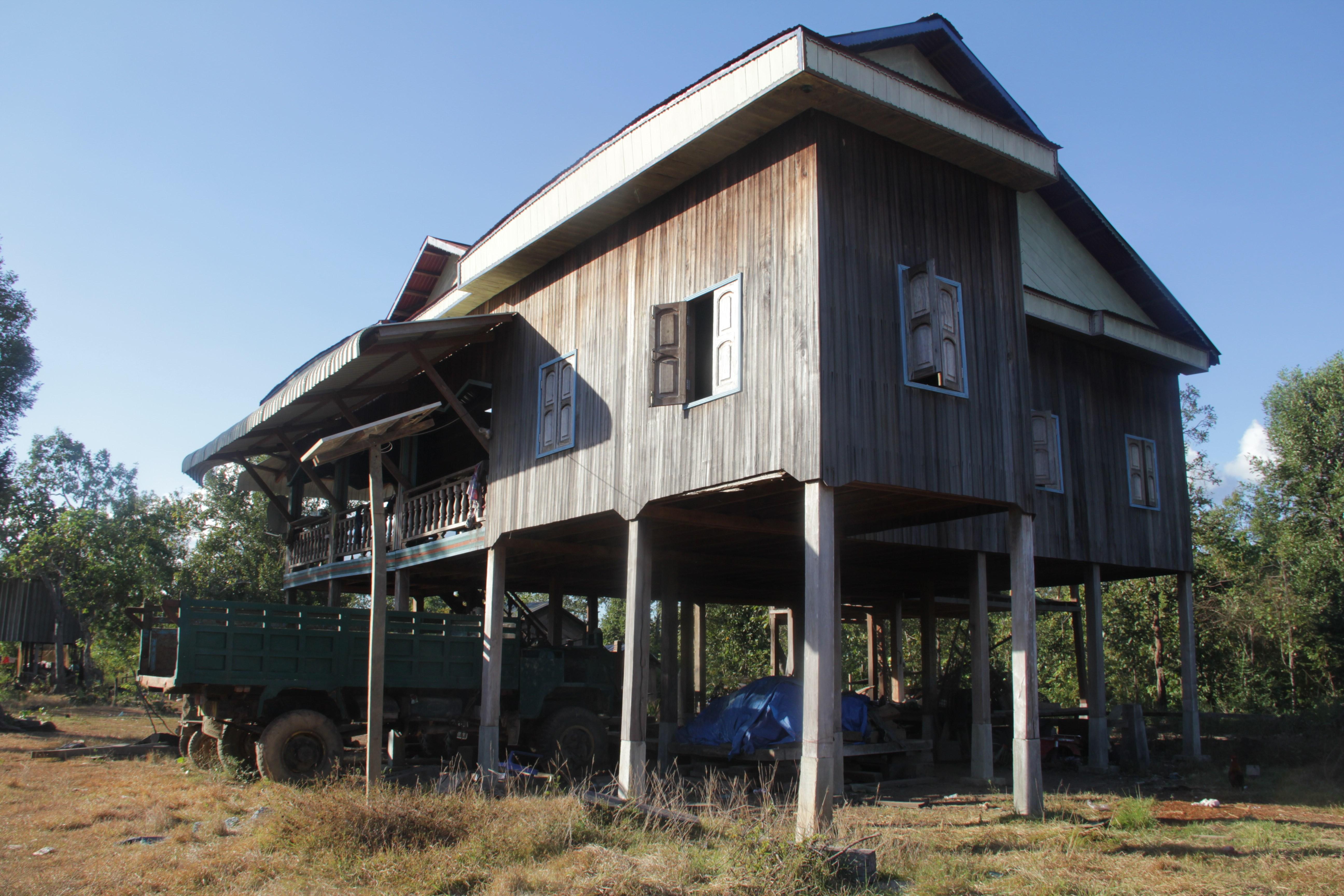 Cette belle maison sur pilotis abrite un camion (© Jérôme Decoster).