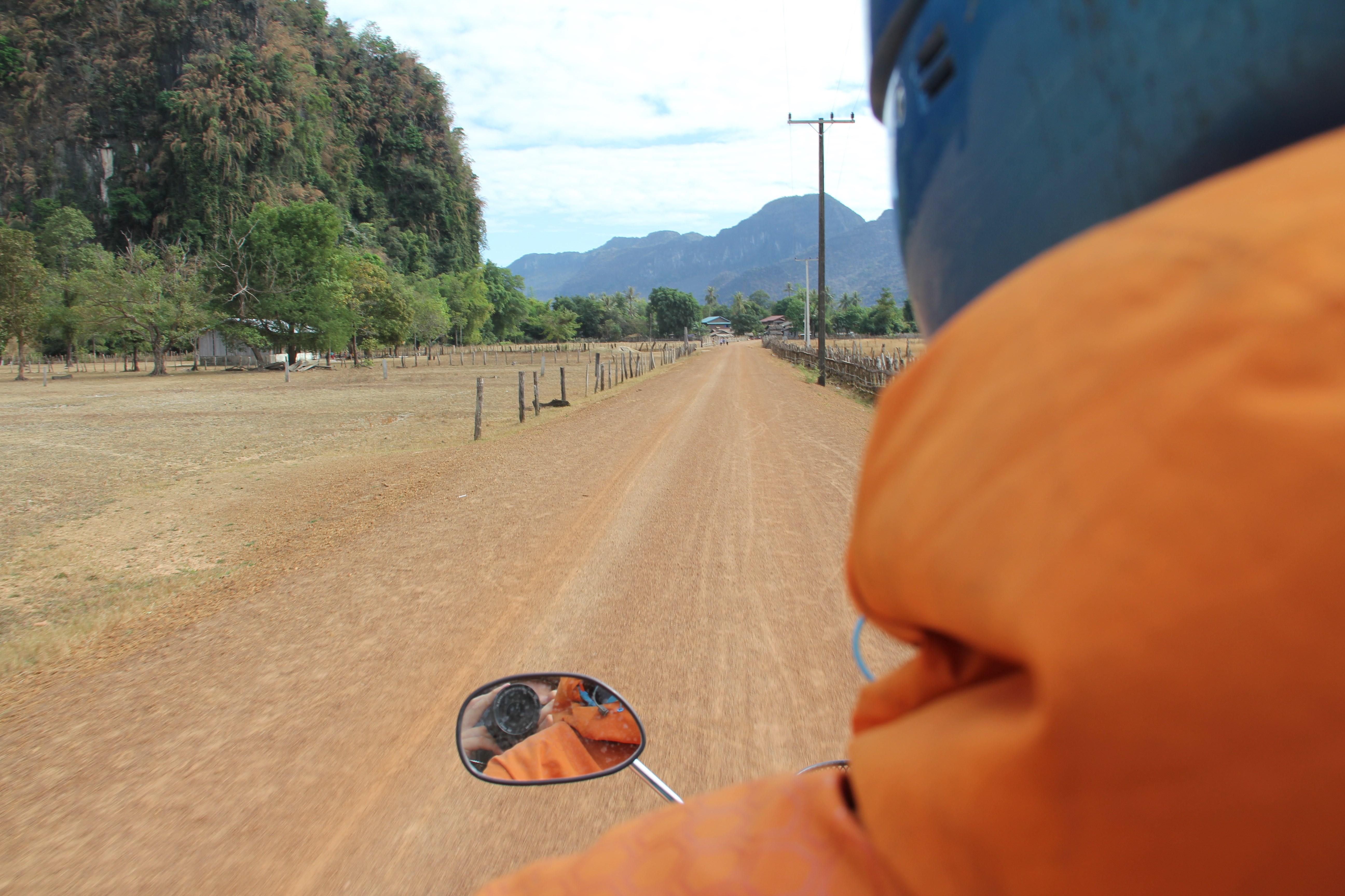 Se perdre sur les pistes rouges autour de Thakhek, ça a du bon (© Aurélie Bacheley).