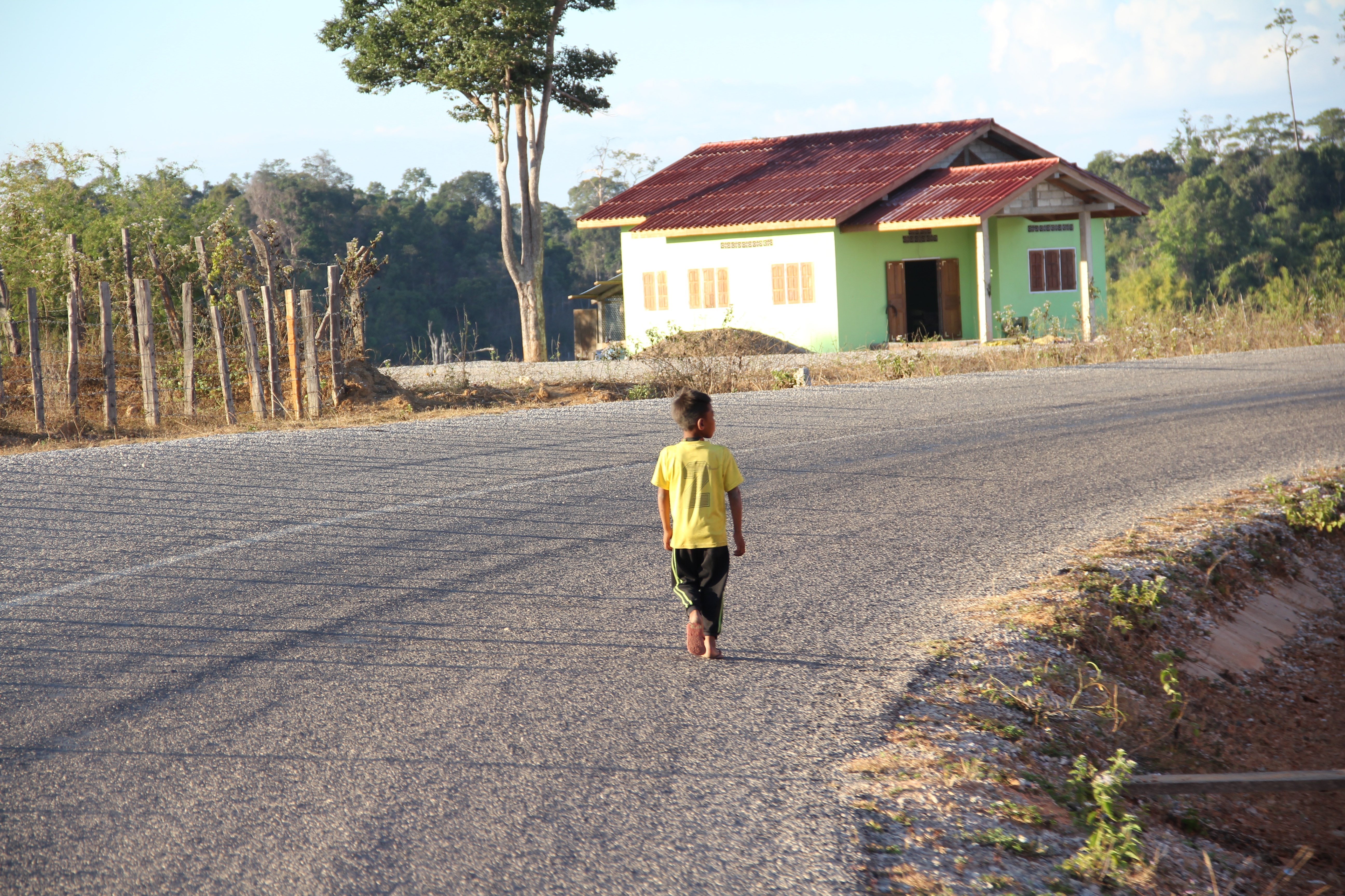 """On ne rencontre pas beaucoup d'habitants le long des routes mais parfois, les enfants nous lancent des """"Hello"""" ou des """"Sabaidee"""", en lao (© Aurélie Bacheley)."""