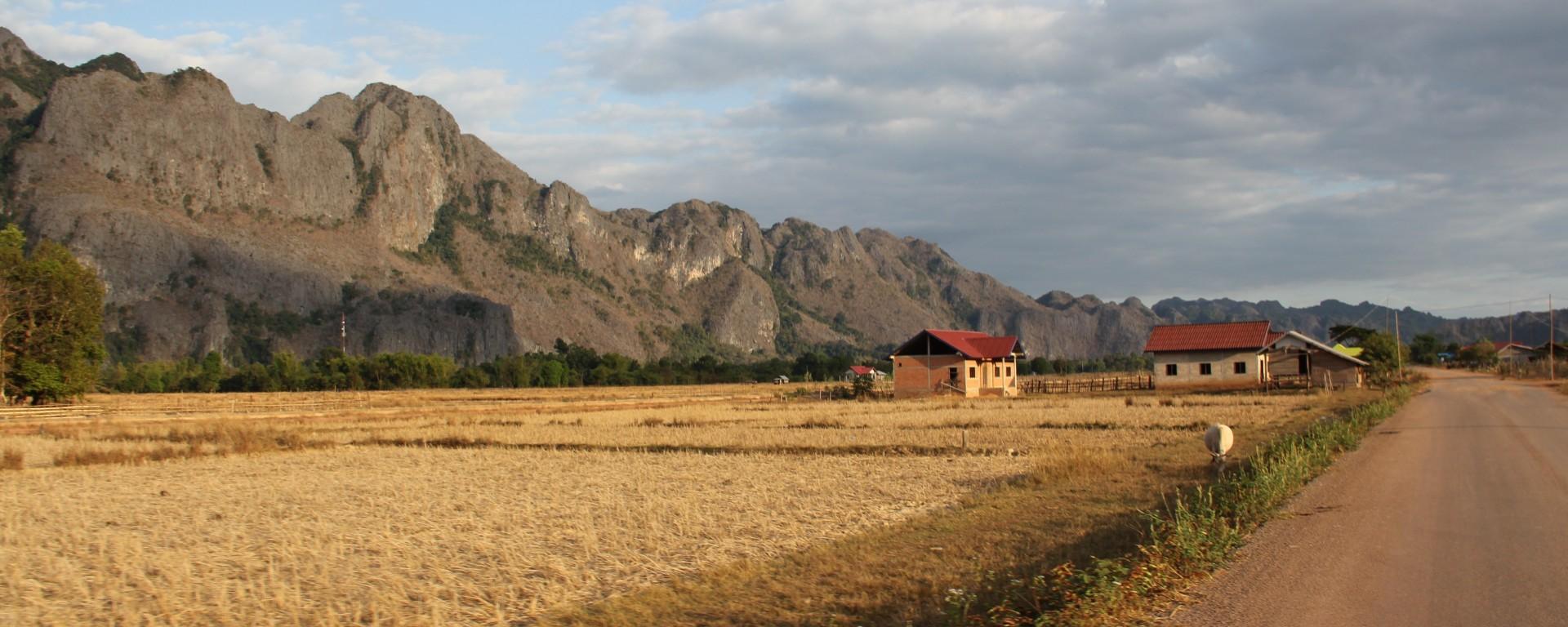 La lumière de fin de journée sublime l'arrivée dans le petit village de Konglor (© Aurélie Bacheley).