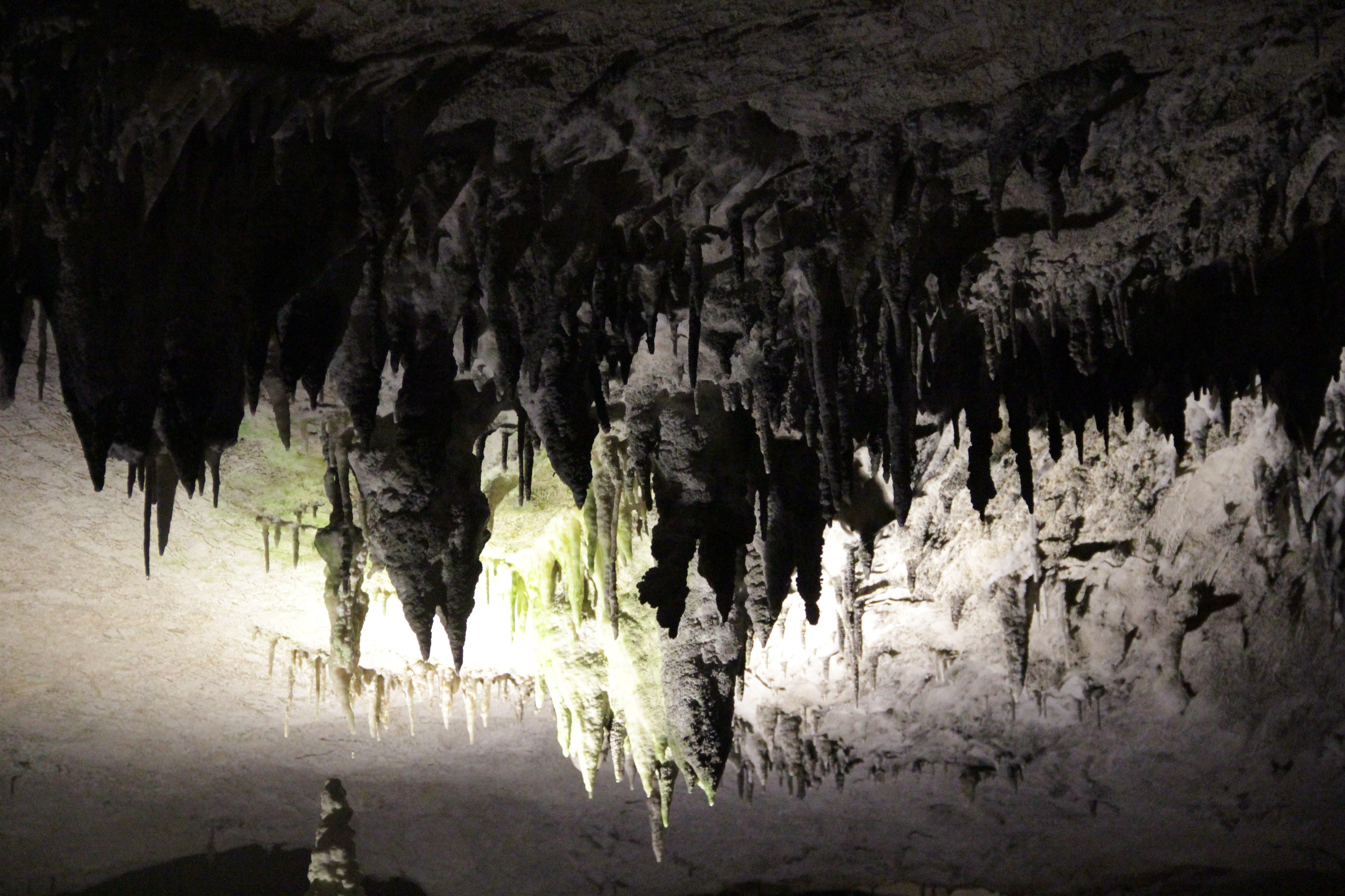 L'impressionnante grotte de Konglor, longue de 7 km, se visite en bateau. La roche est truffée de stalactites  (© Jérôme Decoster).