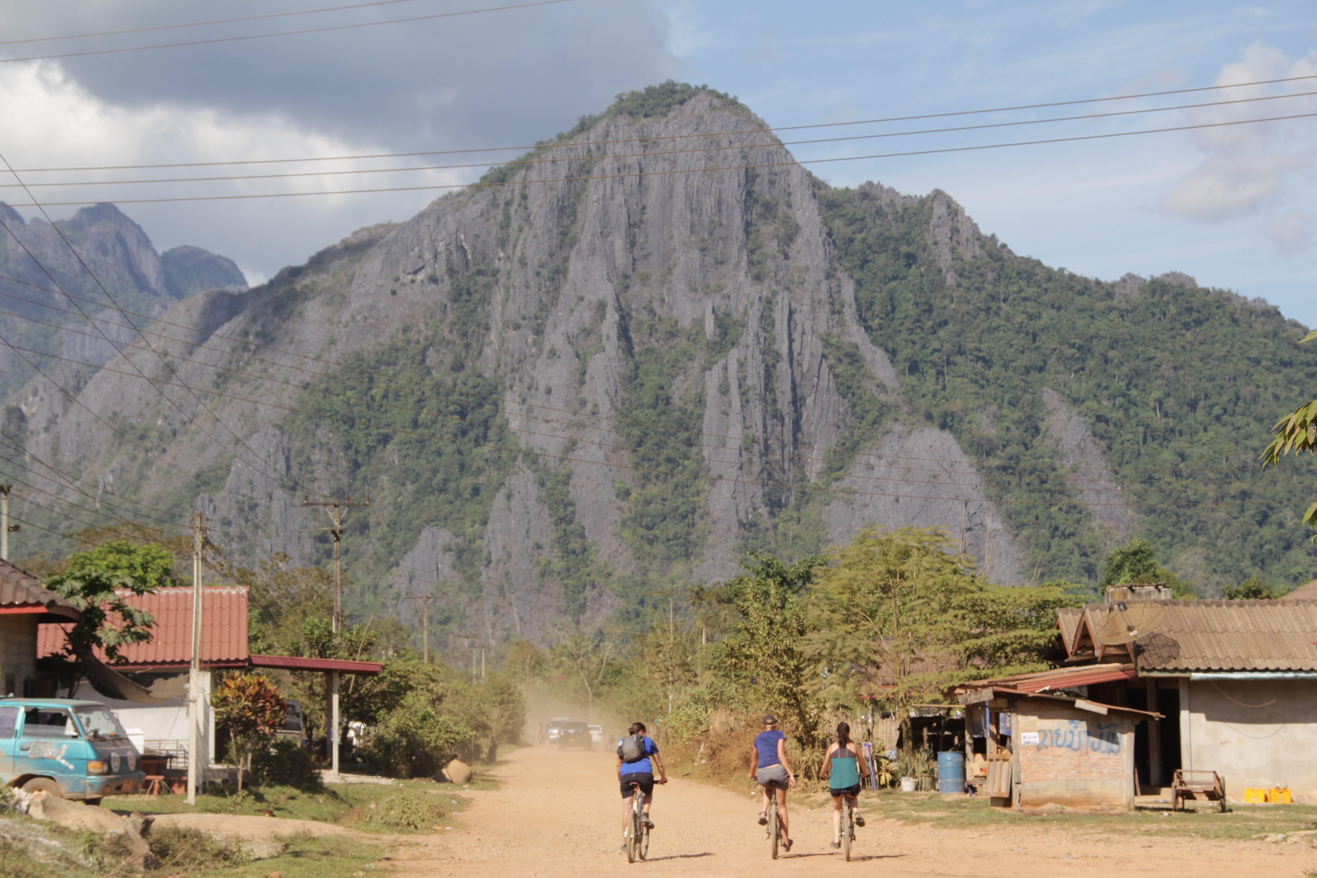Alain, Aurélie et Loïse foncent vers les montagnes autour de Vang Vieng (© Jérôme Decoster).