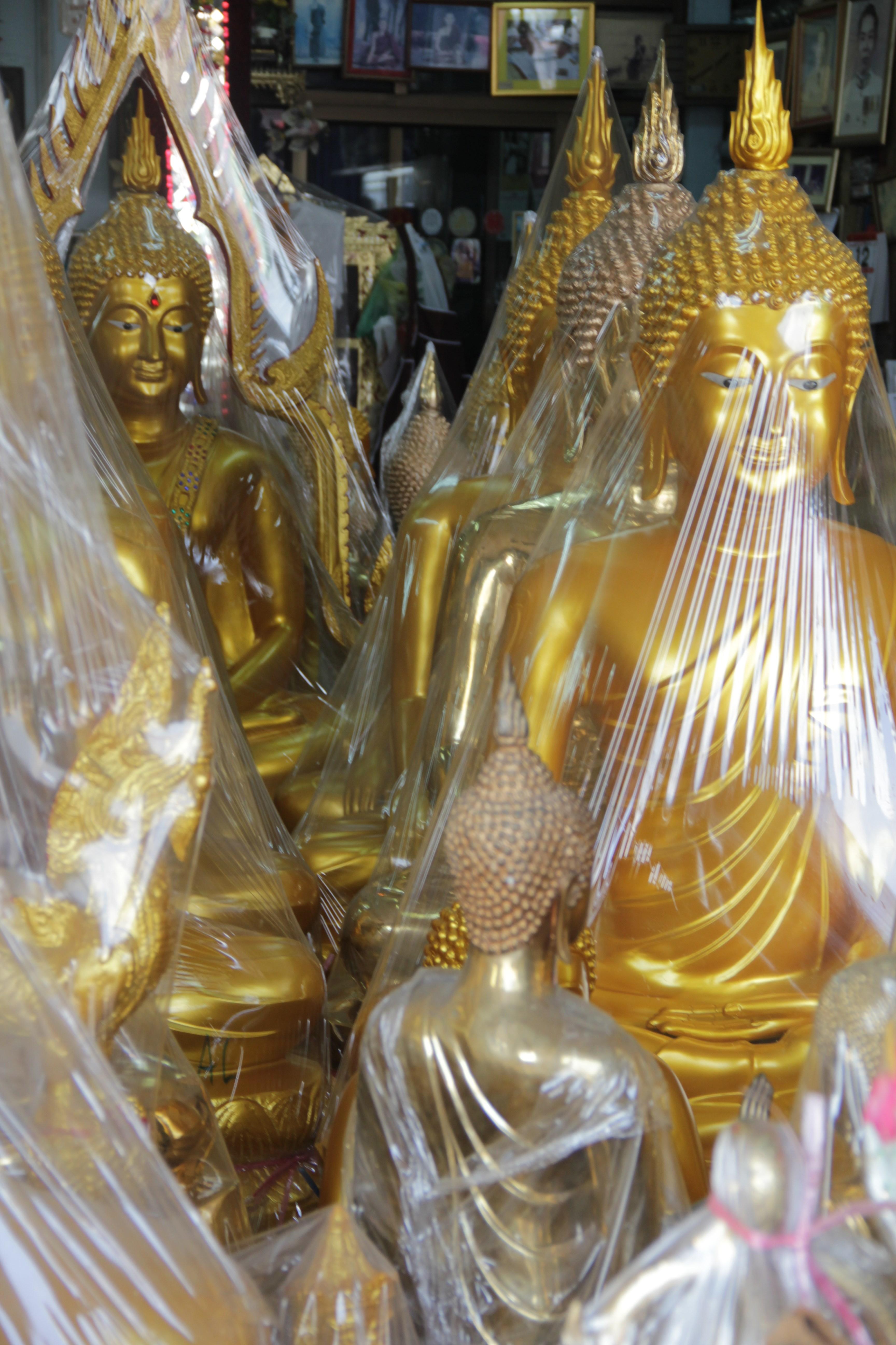 Les Bouddhas d'or conservés sous film plastique s'entassent dans les boutiques  (© Jérôme Decoster).