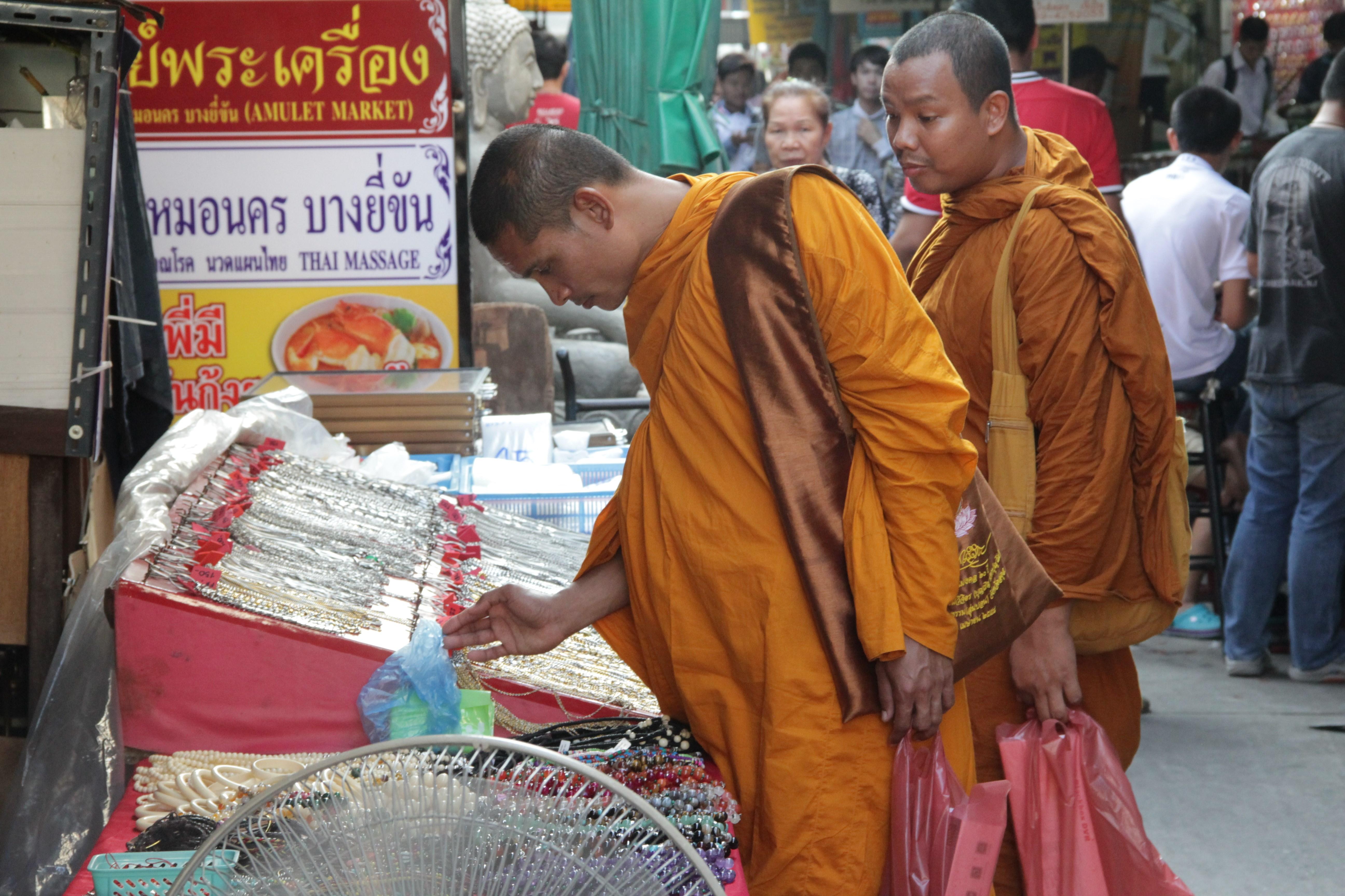 Les moines font leurs achats dans le quartier des amulettes truffé de petits étalages (© Jérôme Decoster).