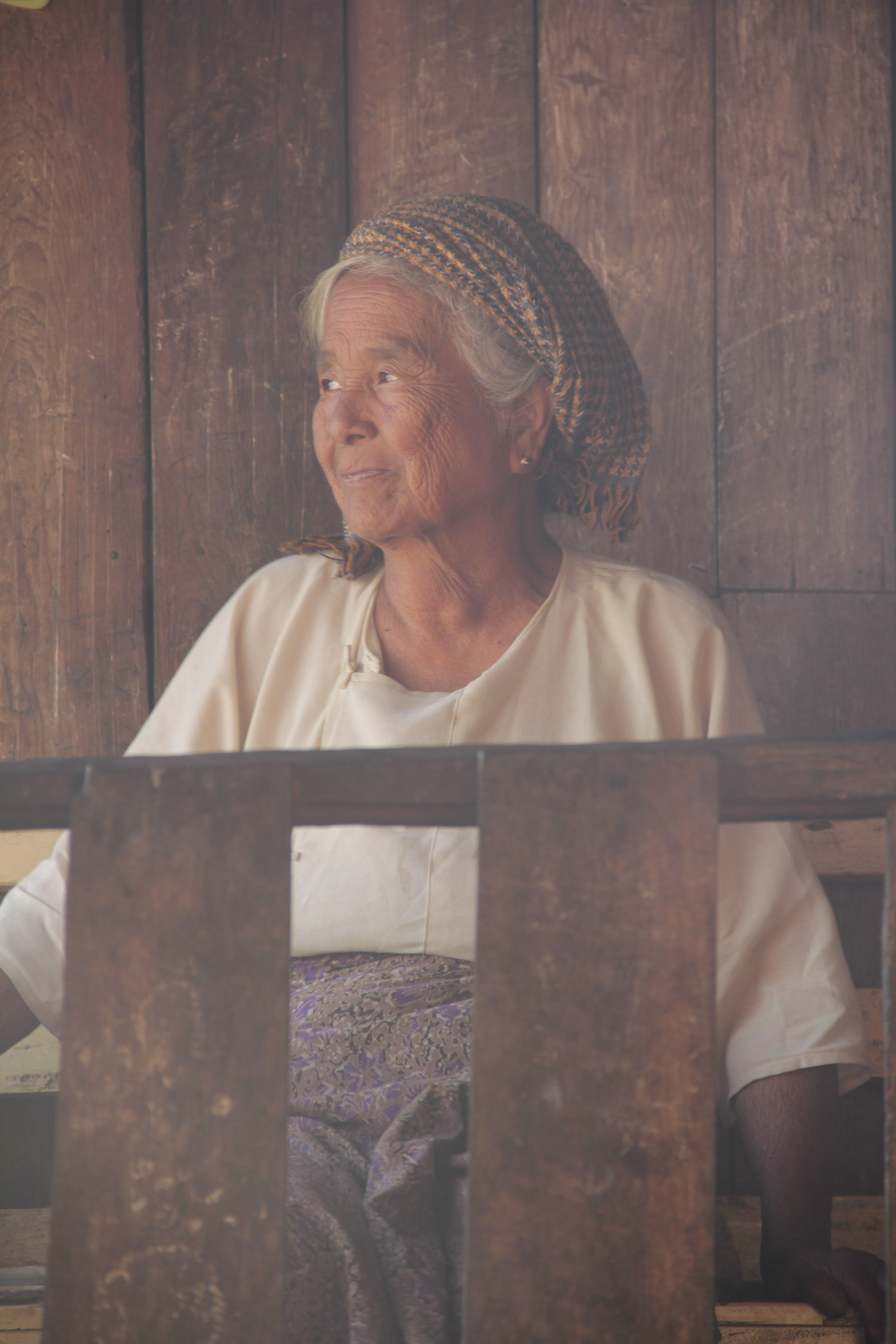 Une femme de plus de 70 ans, devant sa maison, au cœur du village de Shapin, à trois heures de marche de Kalaw (© Jérôme Decoster).