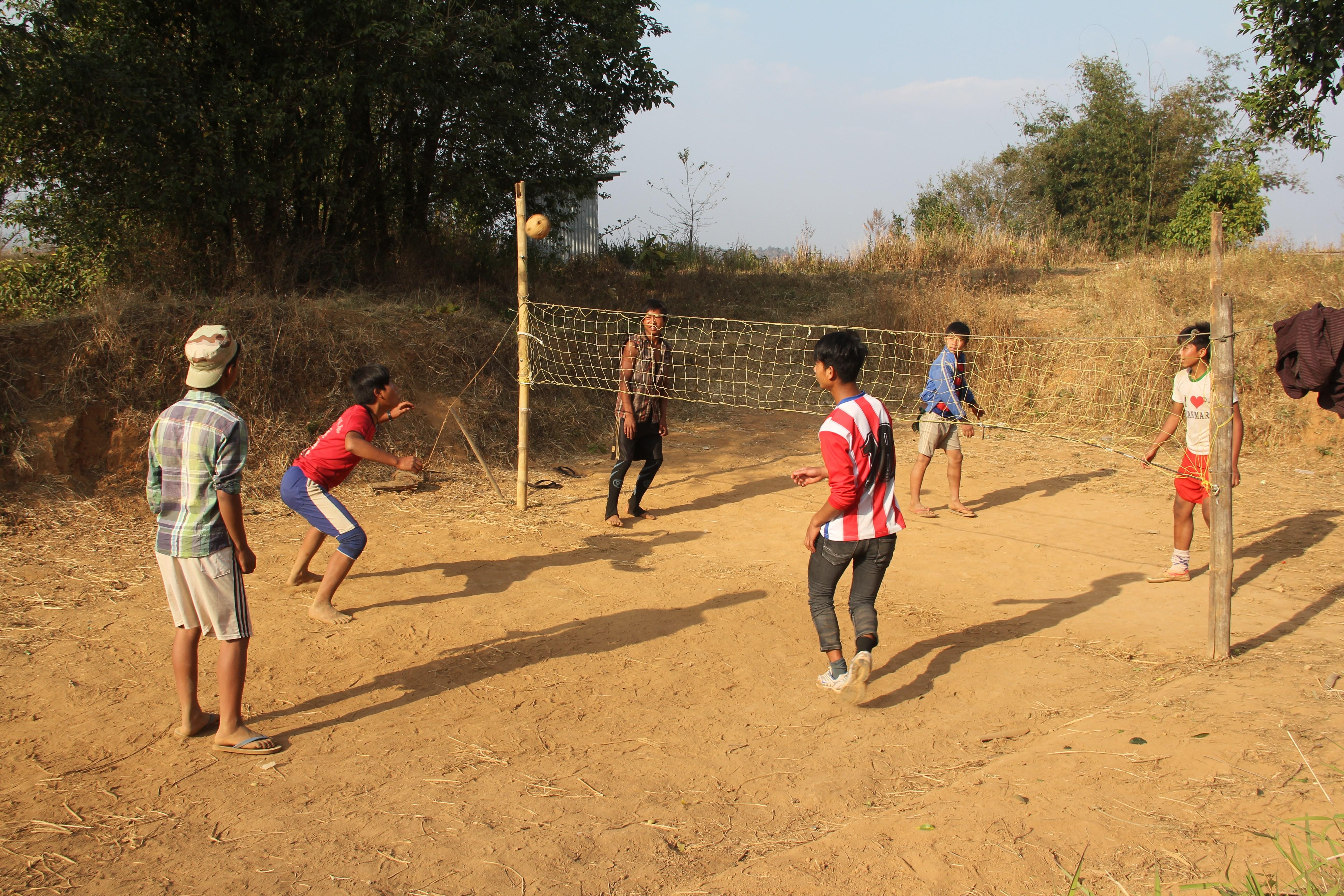 Une partie de chinlon, jeu traditionnel birman qui s'apparente au tennis-ballon, mais avec une petite balle en osier et un filet de badminton (© Jérôme Decoster).