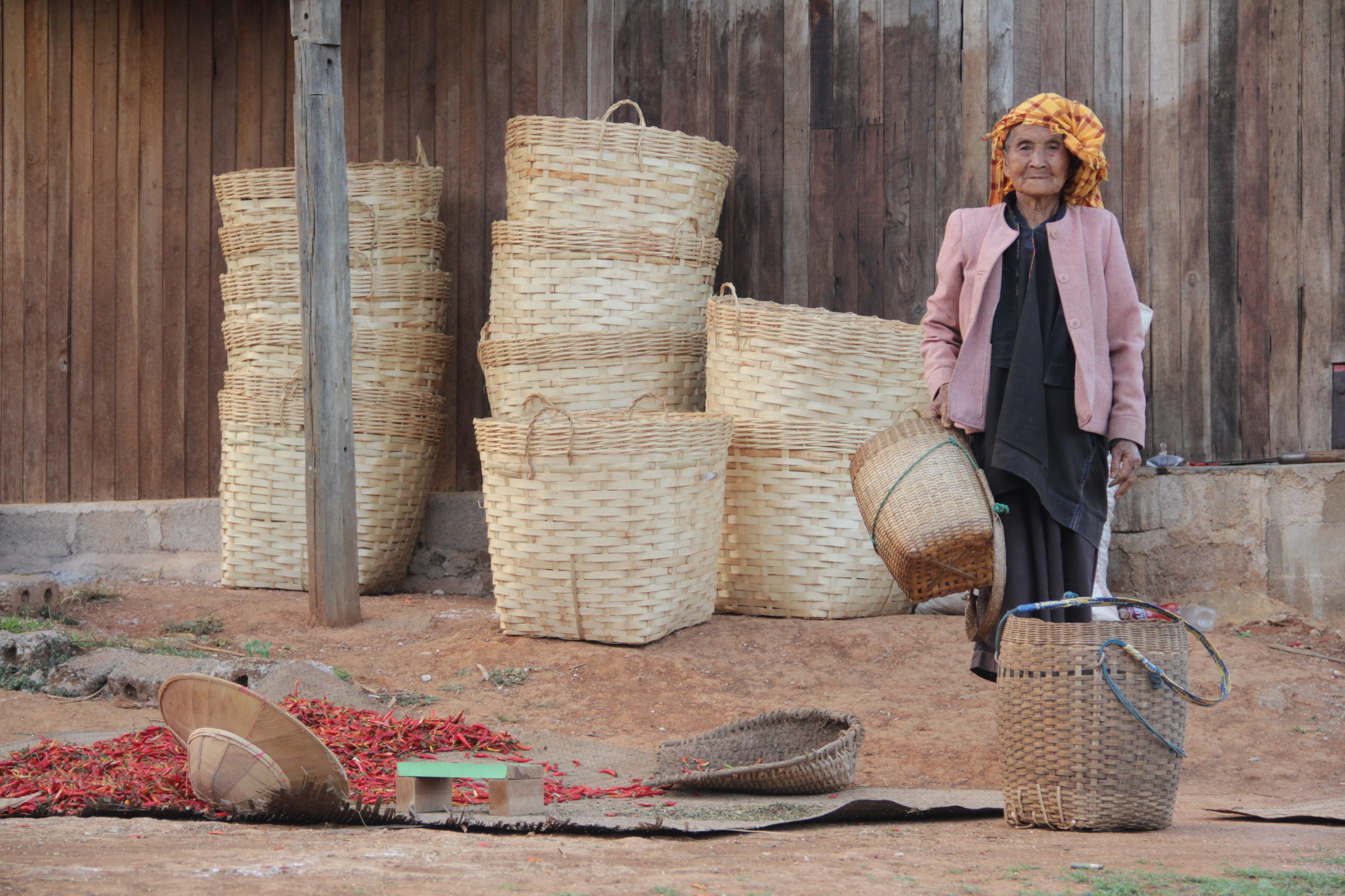 Dans le village de Kyautsu, cette femme s'apprête à remplir les paniers de chili, une des plus grosses productions de la région (© Jérôme Decoster).