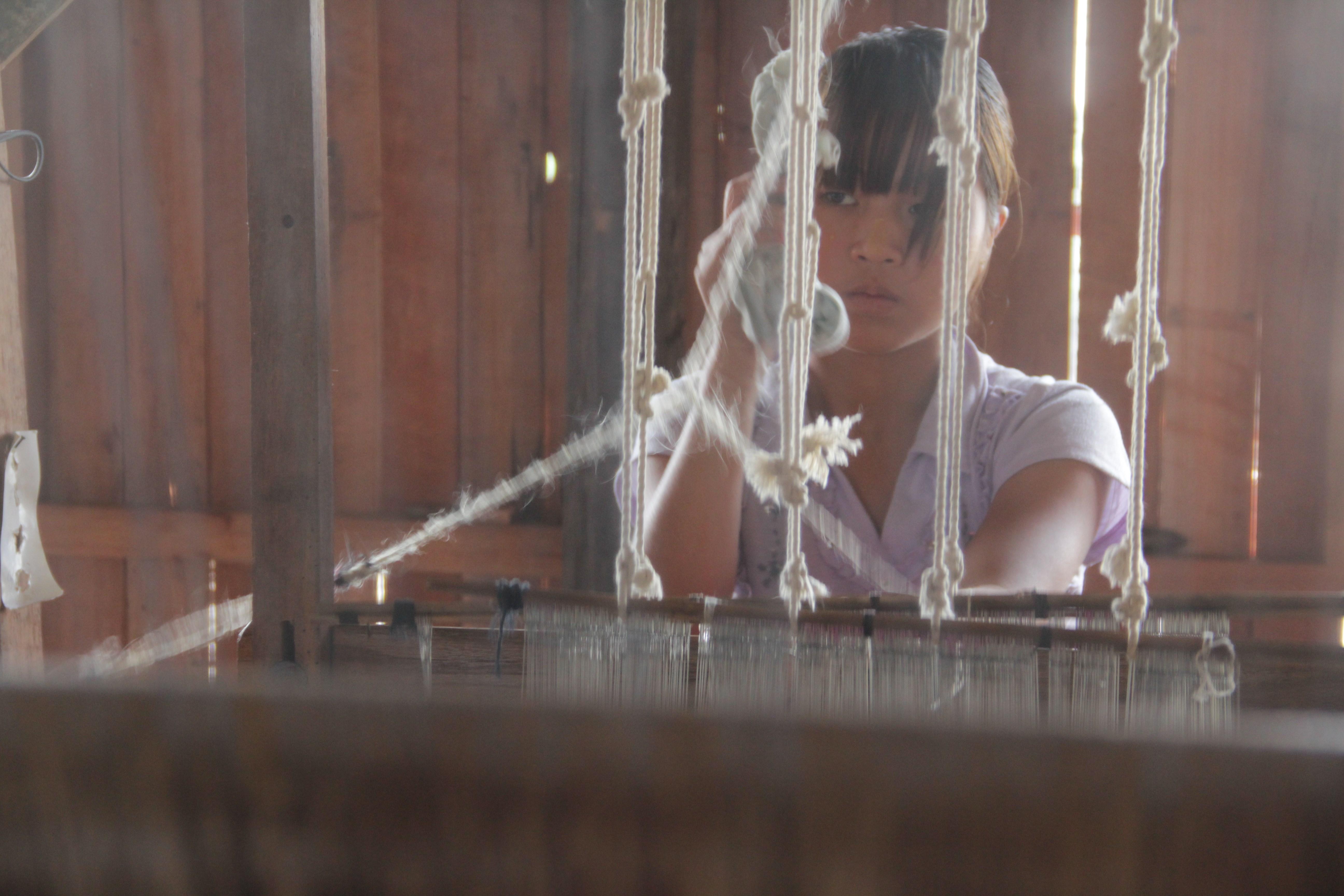 Dans un atelier de tissage traditionnel, cette jeune femme fabrique entre six et huit étoles par jour (© Jérôme Decoster).