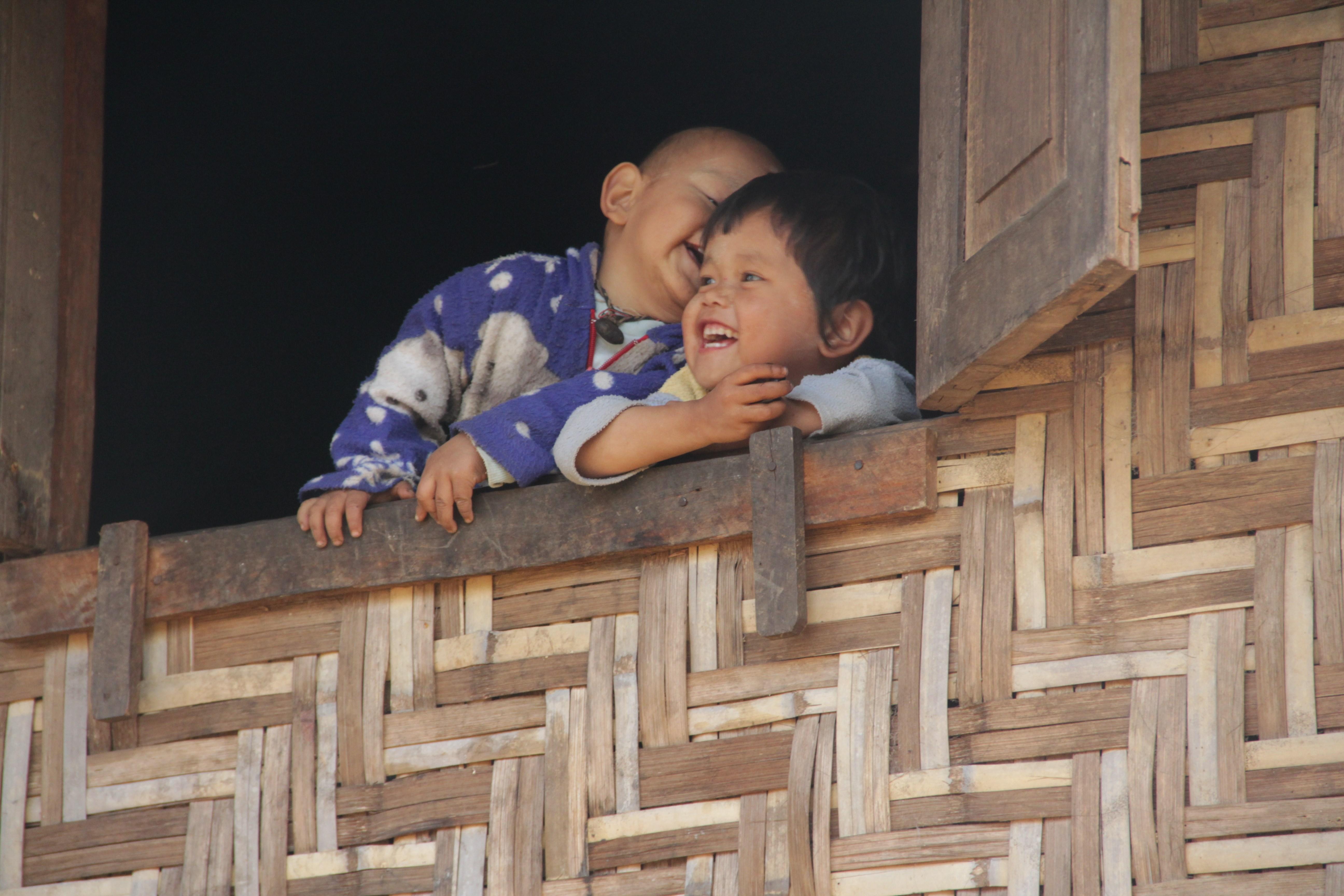 Deux enfants n'arrêtent pas de rigoler en notre présence (© Jérôme Decoster).