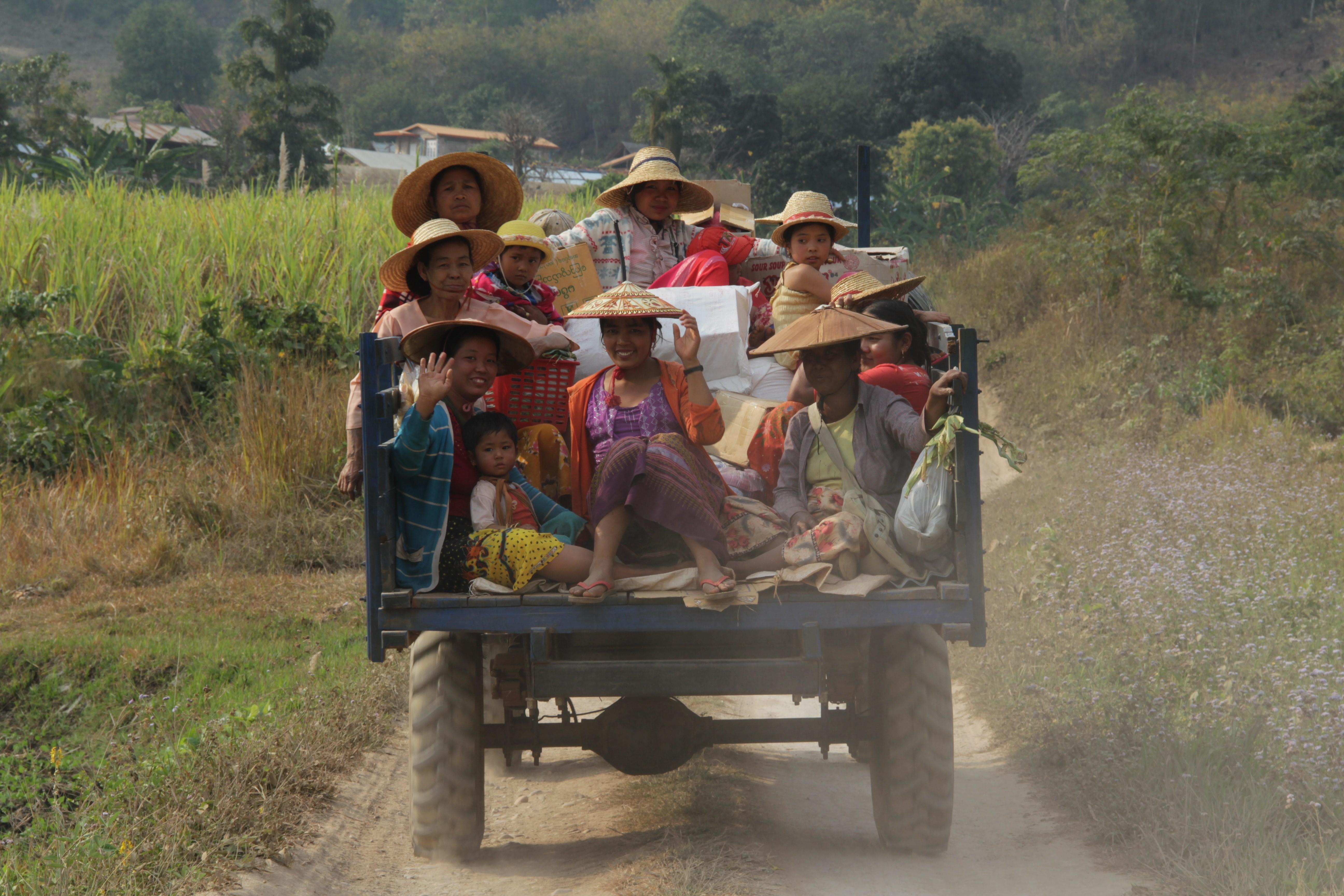 Juste avant de rejoindre la grande route, ce véhicule plein de femmes revient de la ville (© Aurélie Bacheley).