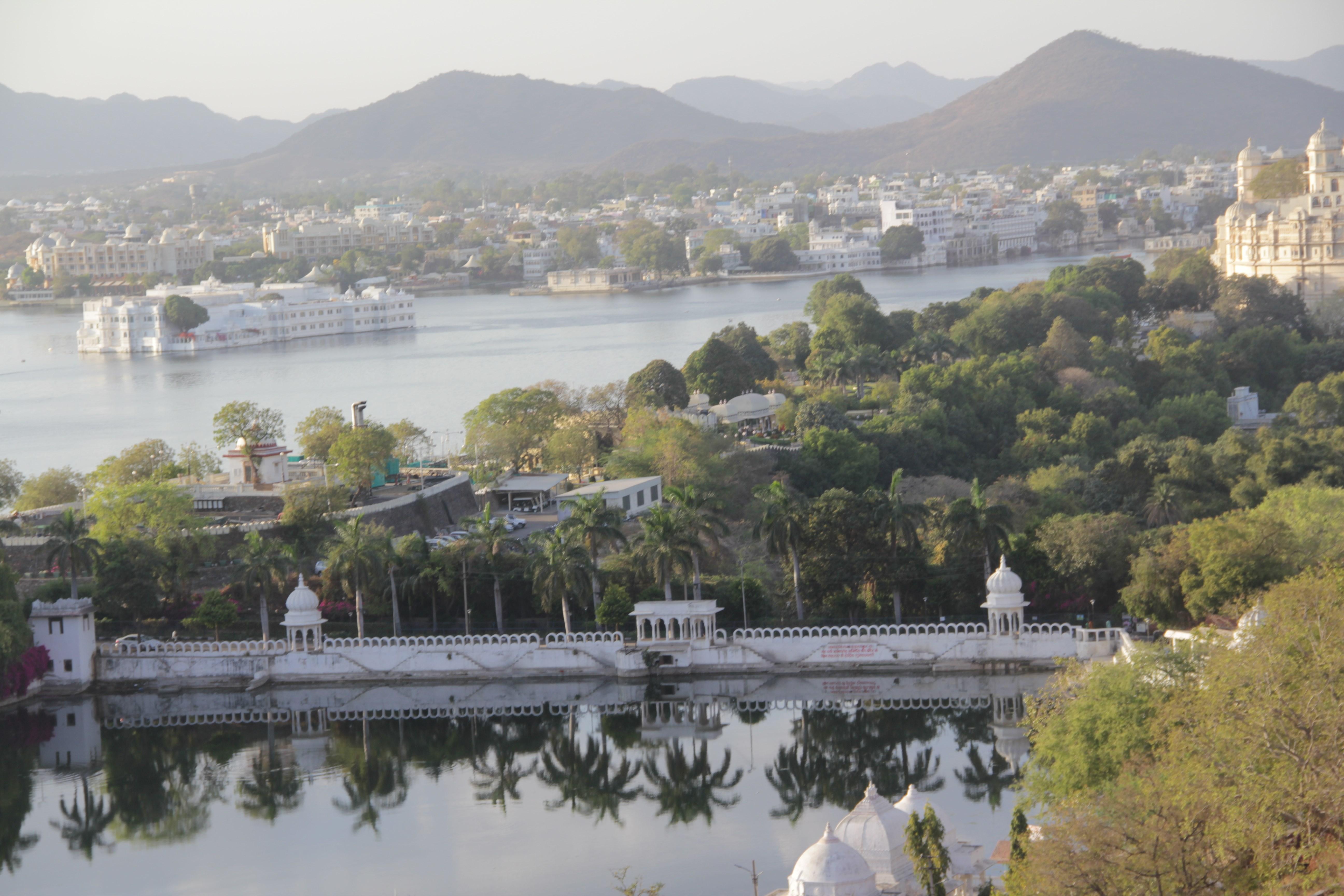 La ville d'Udaipur depuis le téléphérique, avec sur l'eau, à gauche, le très luxueux Lake palace (© Jérôme Decoster).
