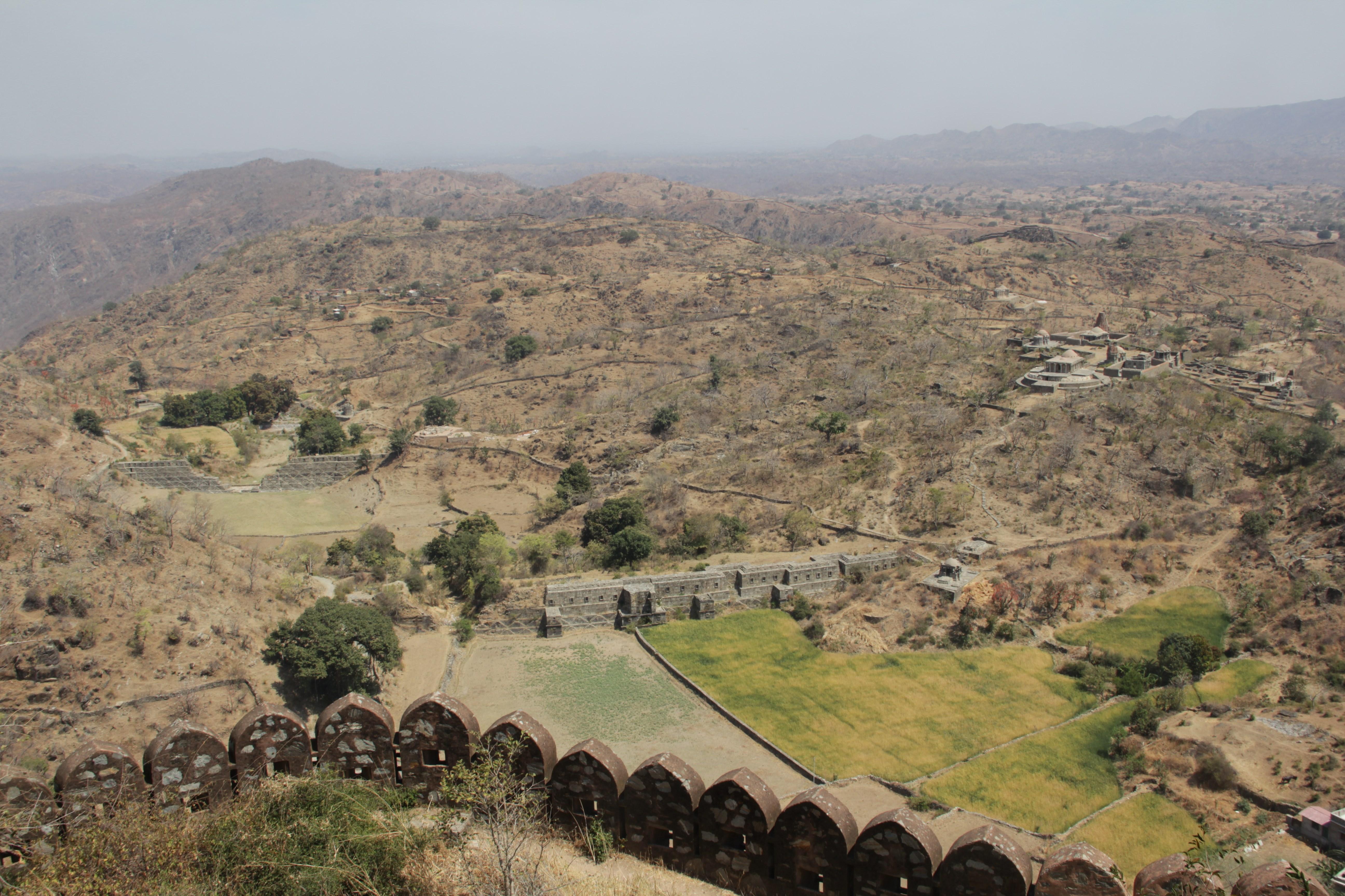 Le sommet du fort de Chittorgarh offre une vue splendide sur les paysages lunaires (© Aurélie Bacheley).