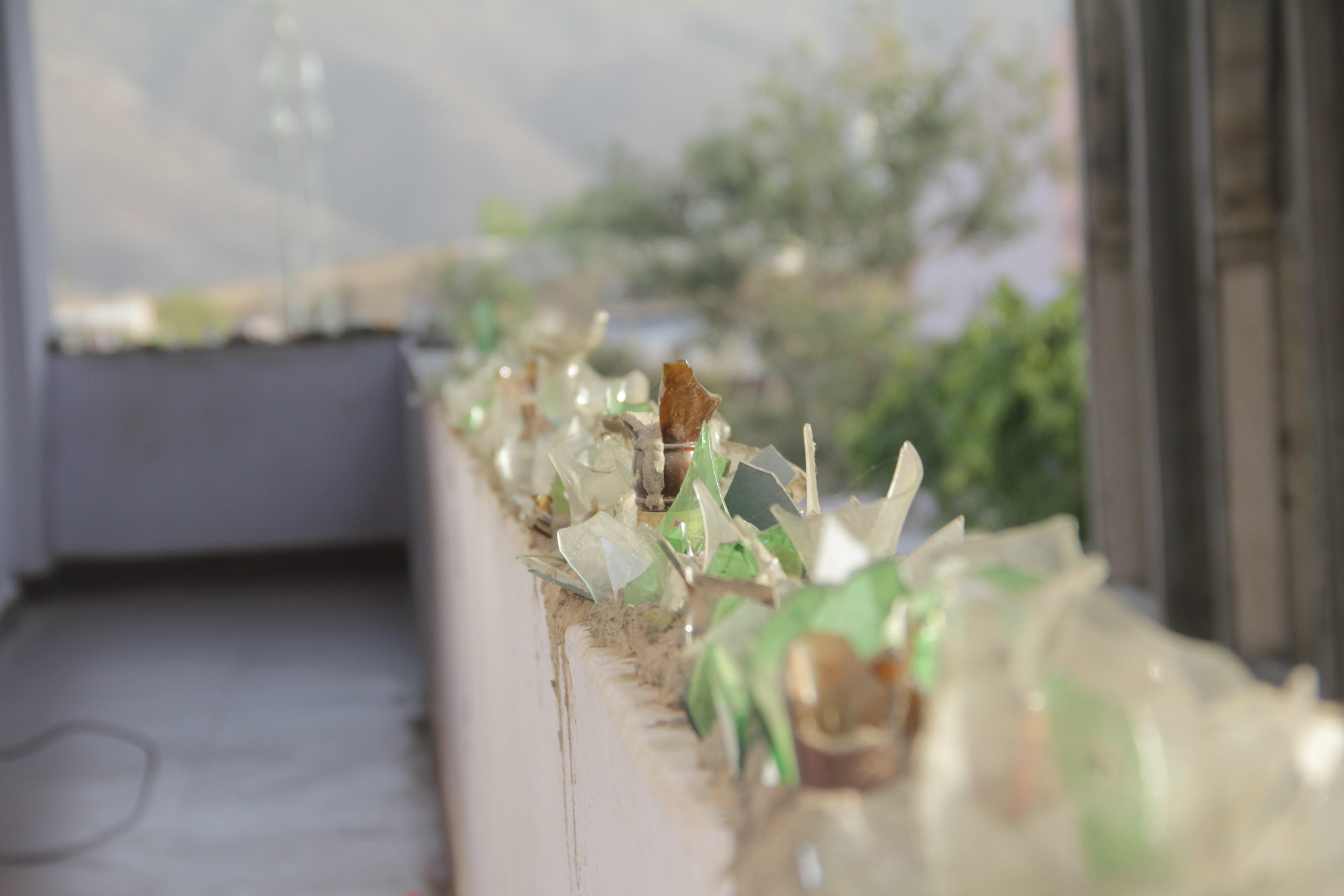 Des débris de bouteilles d'alcool pour effrayer les singes sur les balcons des guesthouses... dans la ville où l'alcool est interdit (© Jérôme Decoster).