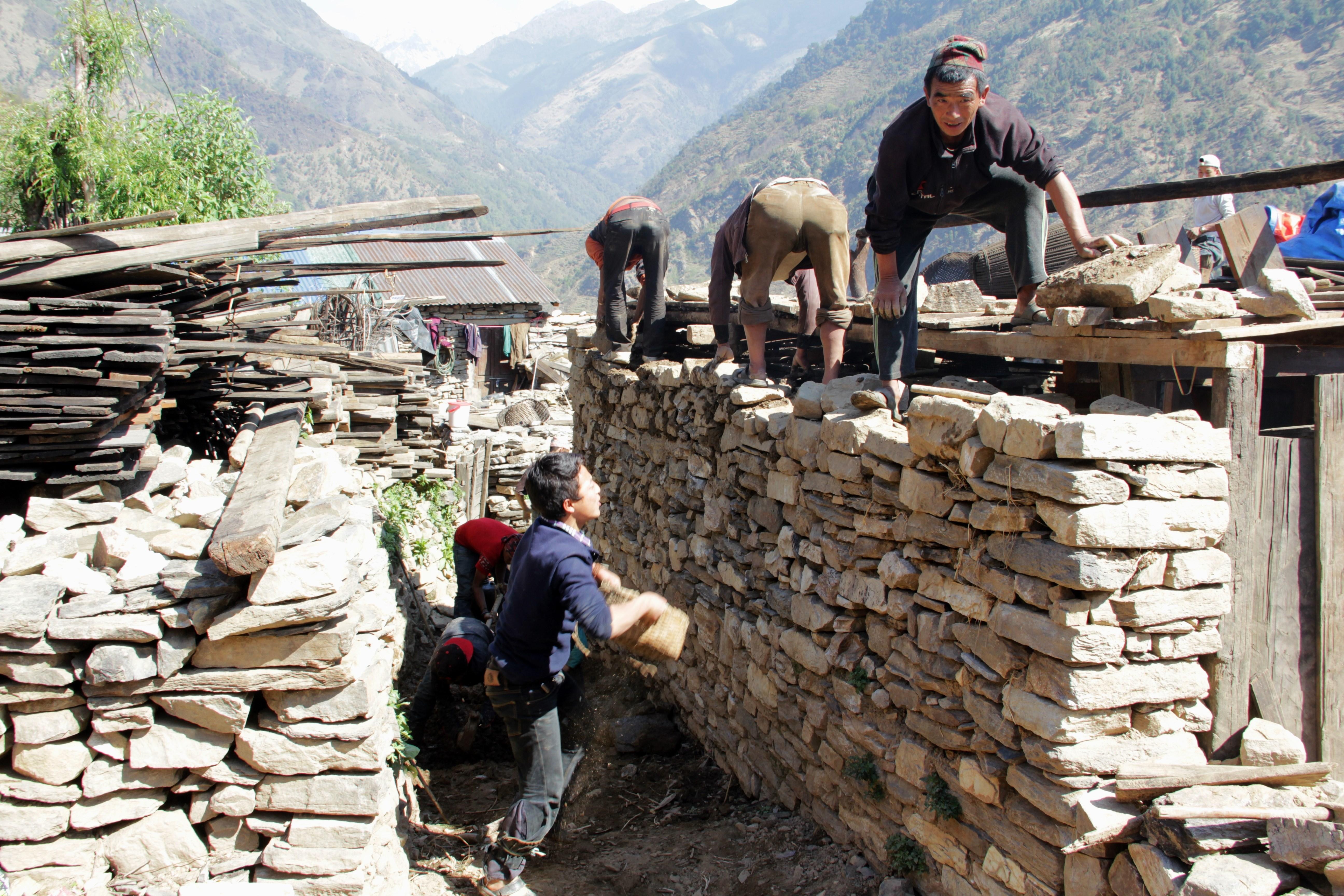 Il aura fallu seulement trois jour à ces villageois pour reconstruire une maison à Laprak (© Jérôme Decoster).