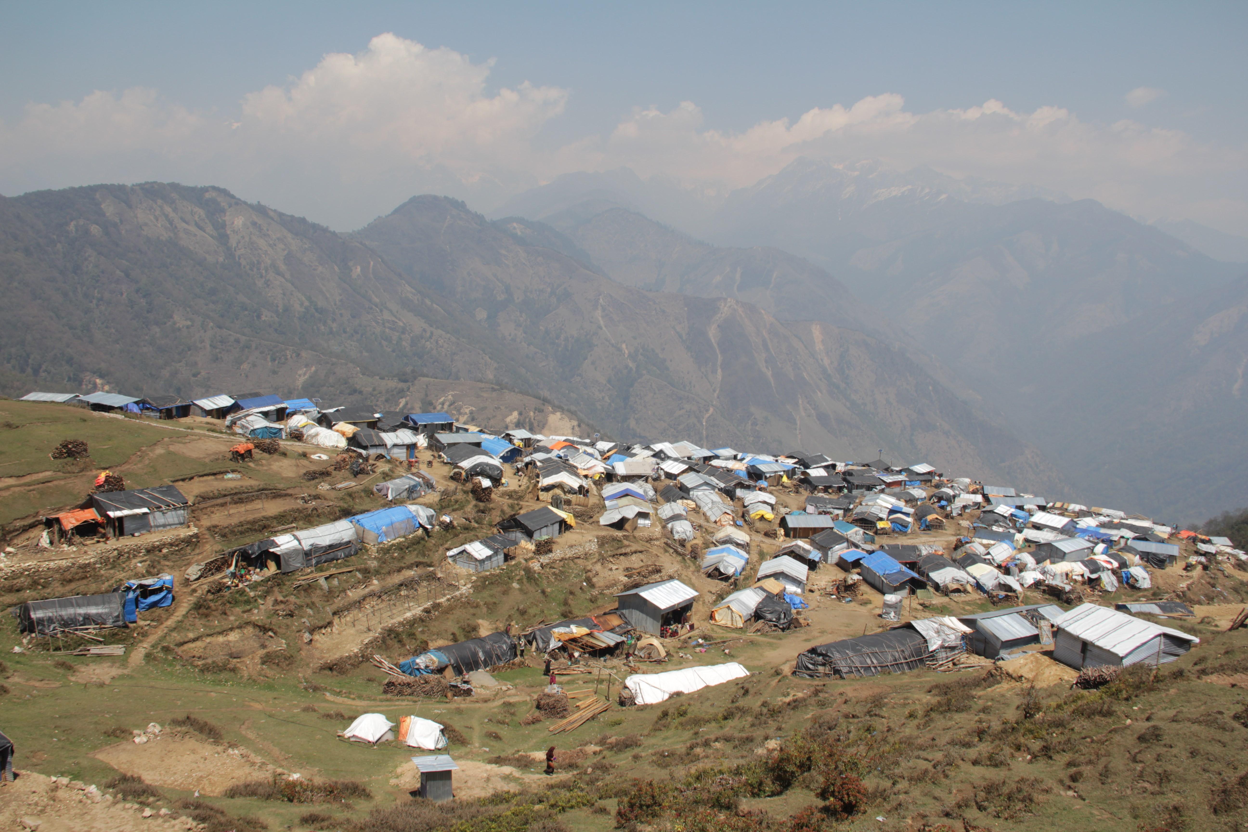 Des centaines d'abris en tôles parsèment le terrain de Gupsi, à deux heures de marche de Laprak (© Jérôme Decoster).
