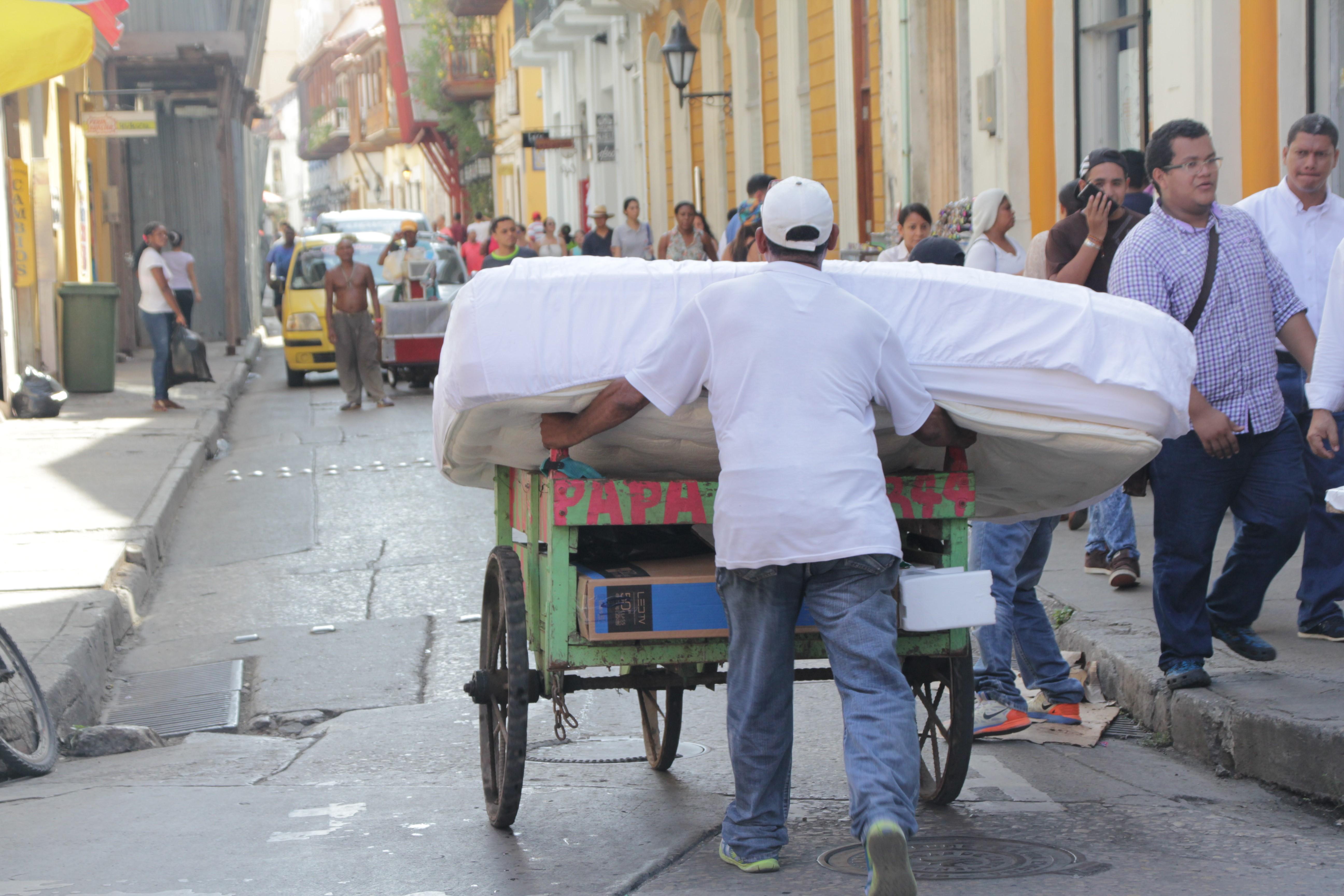 Difficile de se frayer un chemin dans les rues en sens unique pleines de touristes (© Jérôme Decoster).