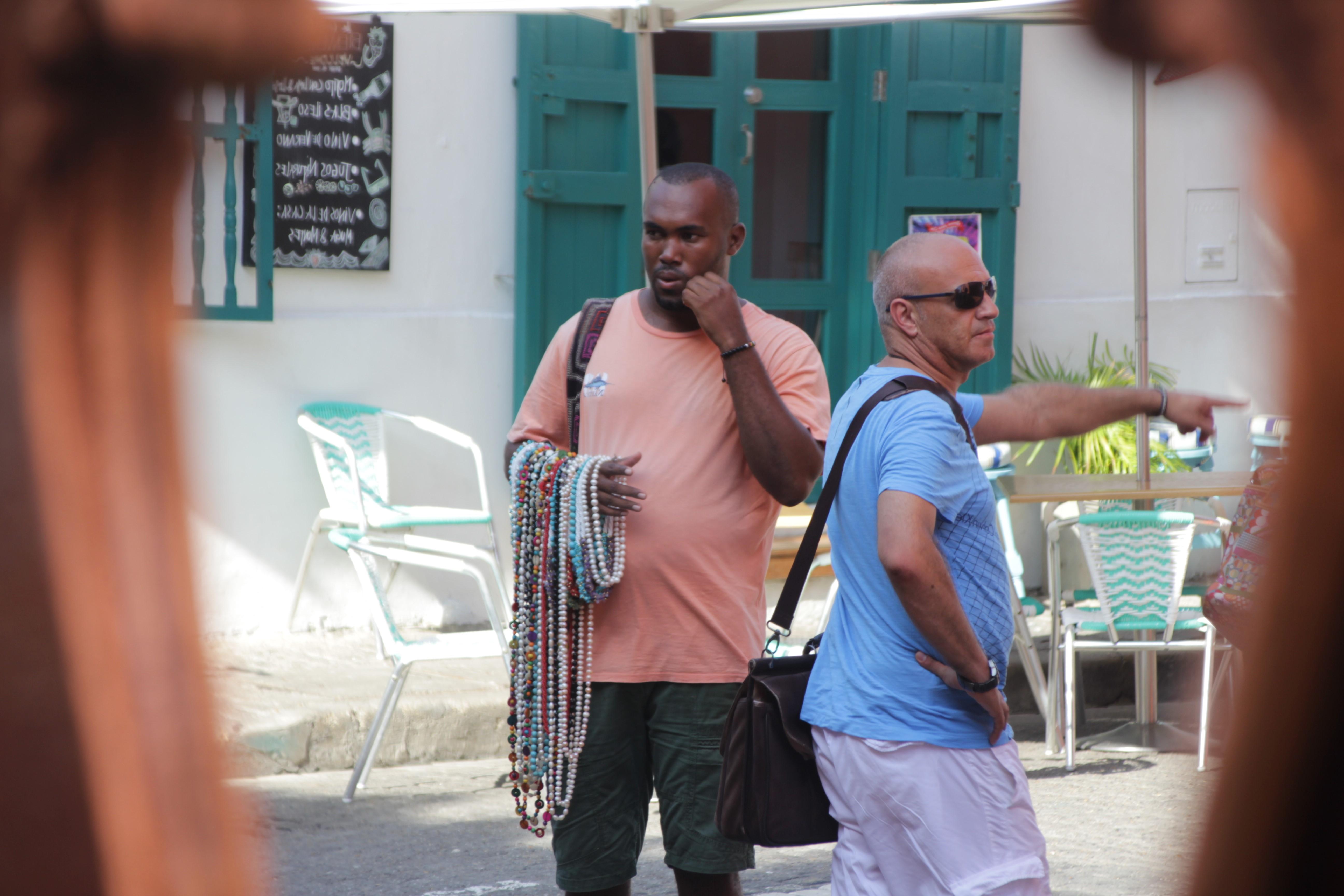 Les vendeurs à la sauvette garnissent les ruelles, toujours prêts à bondir sur les touristes (© Jérôme Decoster).
