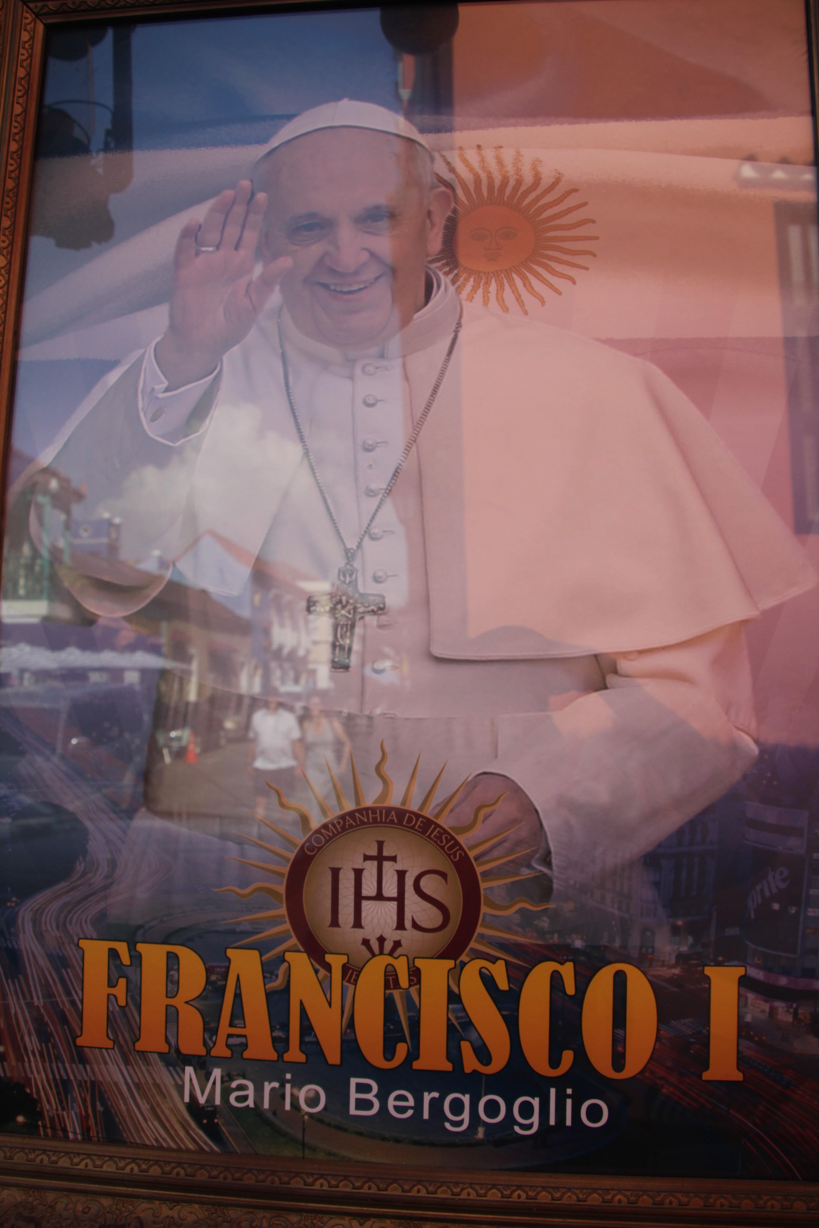 … et la photo du pape François. Comme une fierté nationale (© Jérôme Decoster).