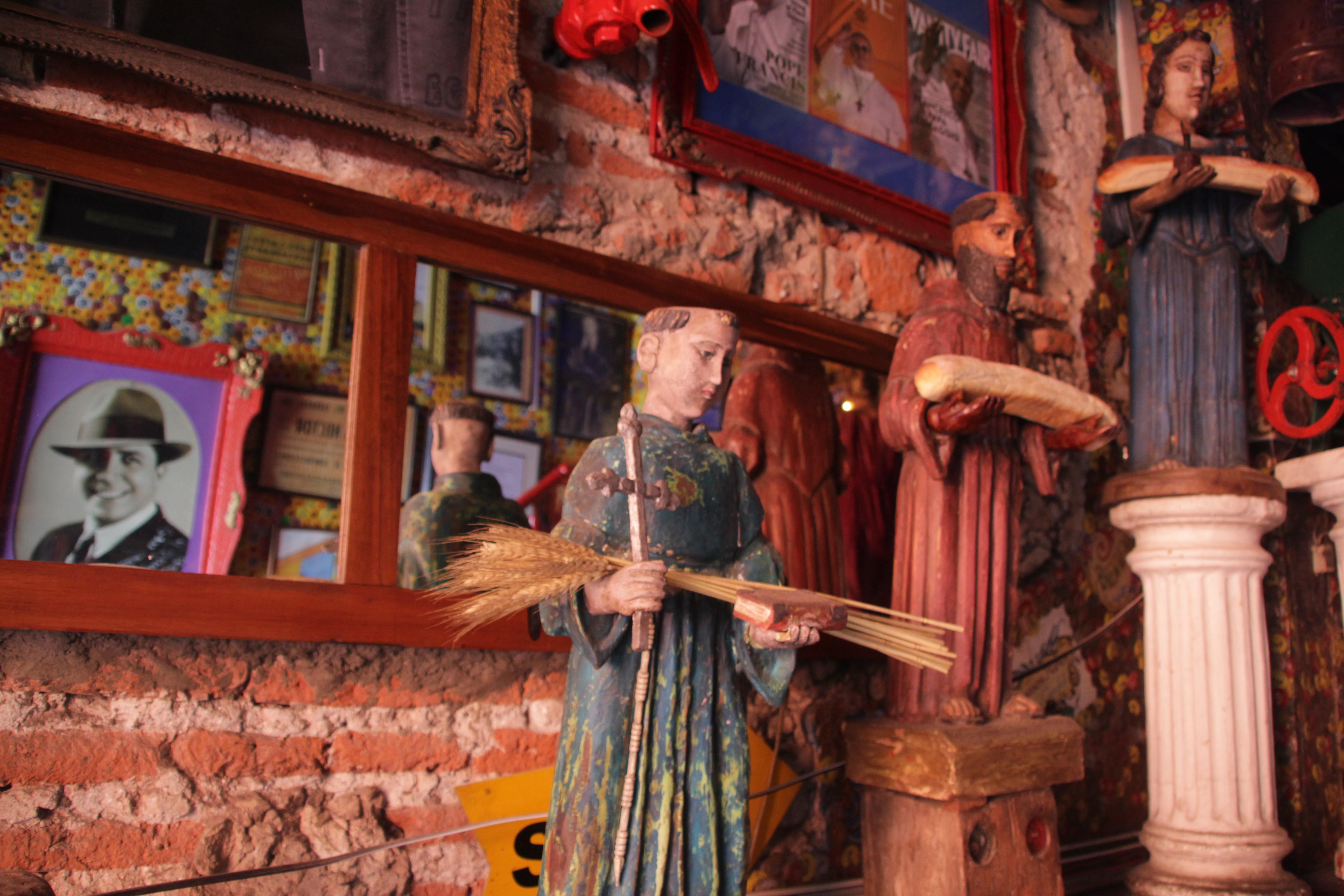 A l'intérieur du restaurant cabaret, les signes religieux côtoient les images de vedettes (© Jérôme Decoster).
