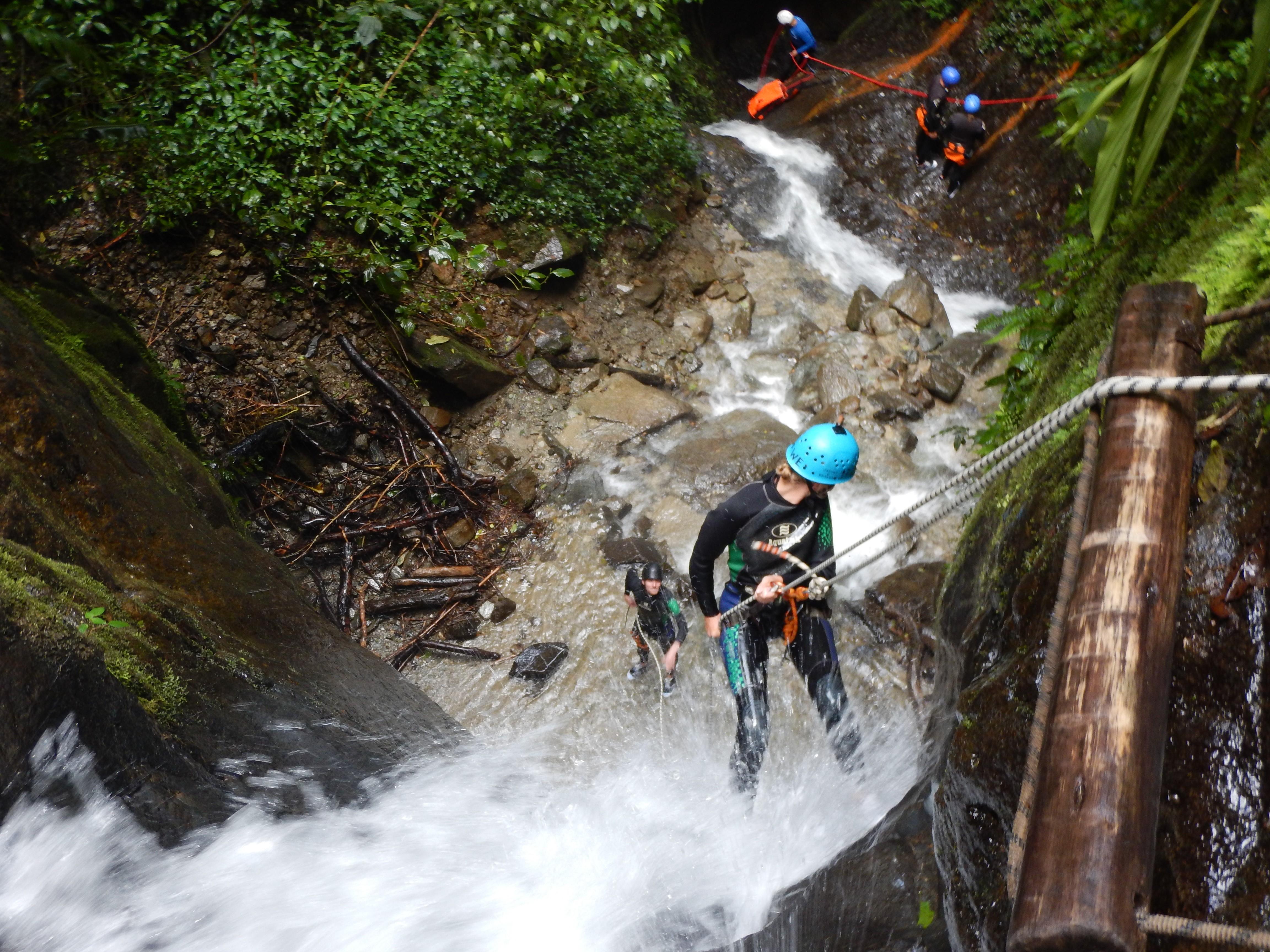 Descente en rappel dans une cascade du rio blanco, près de Baños.