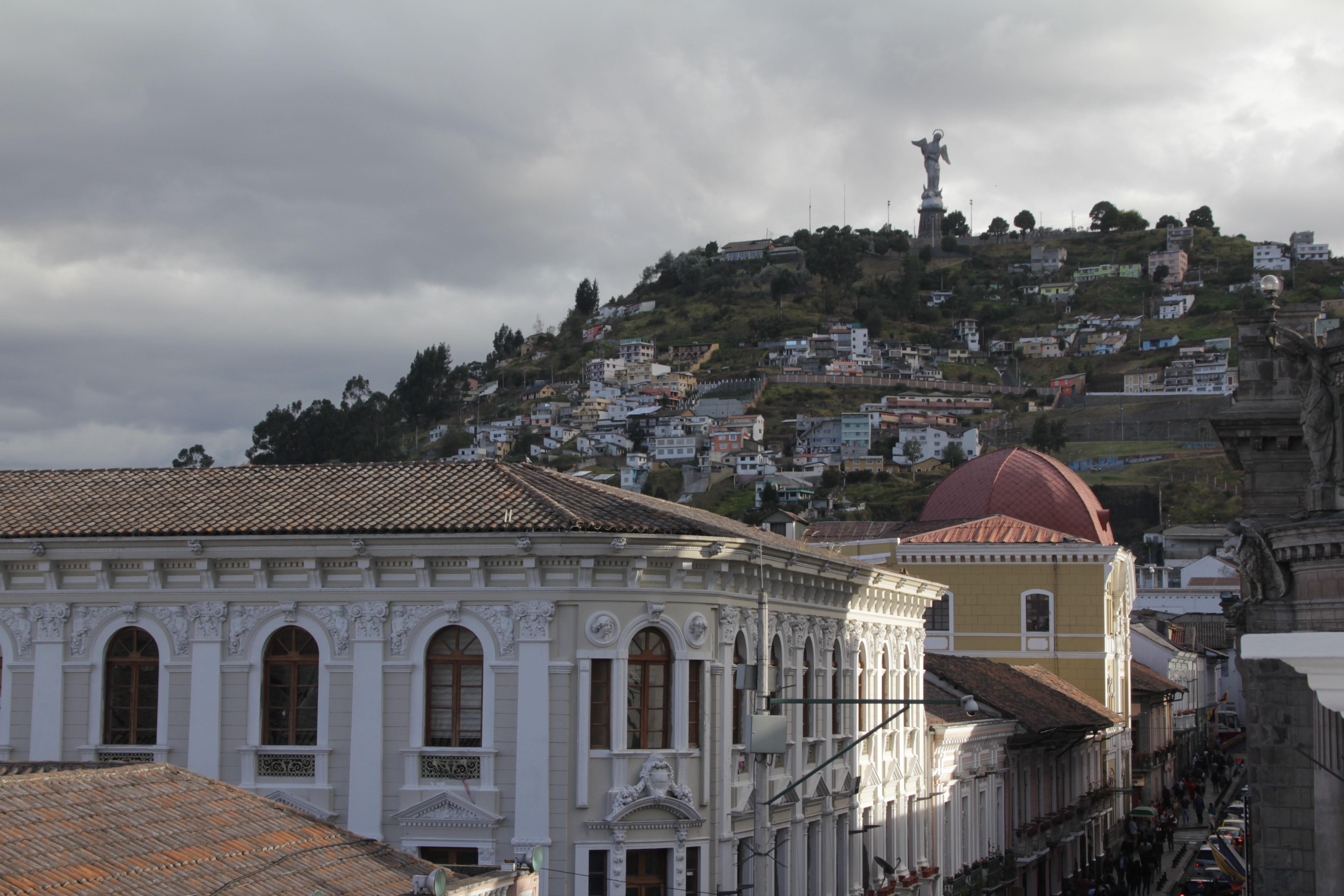 Sur la terrasse du centre culturel de Quito, vue sur le célèbre Panecillo où trône l'immense Vierge (© Aurélie Bacheley).