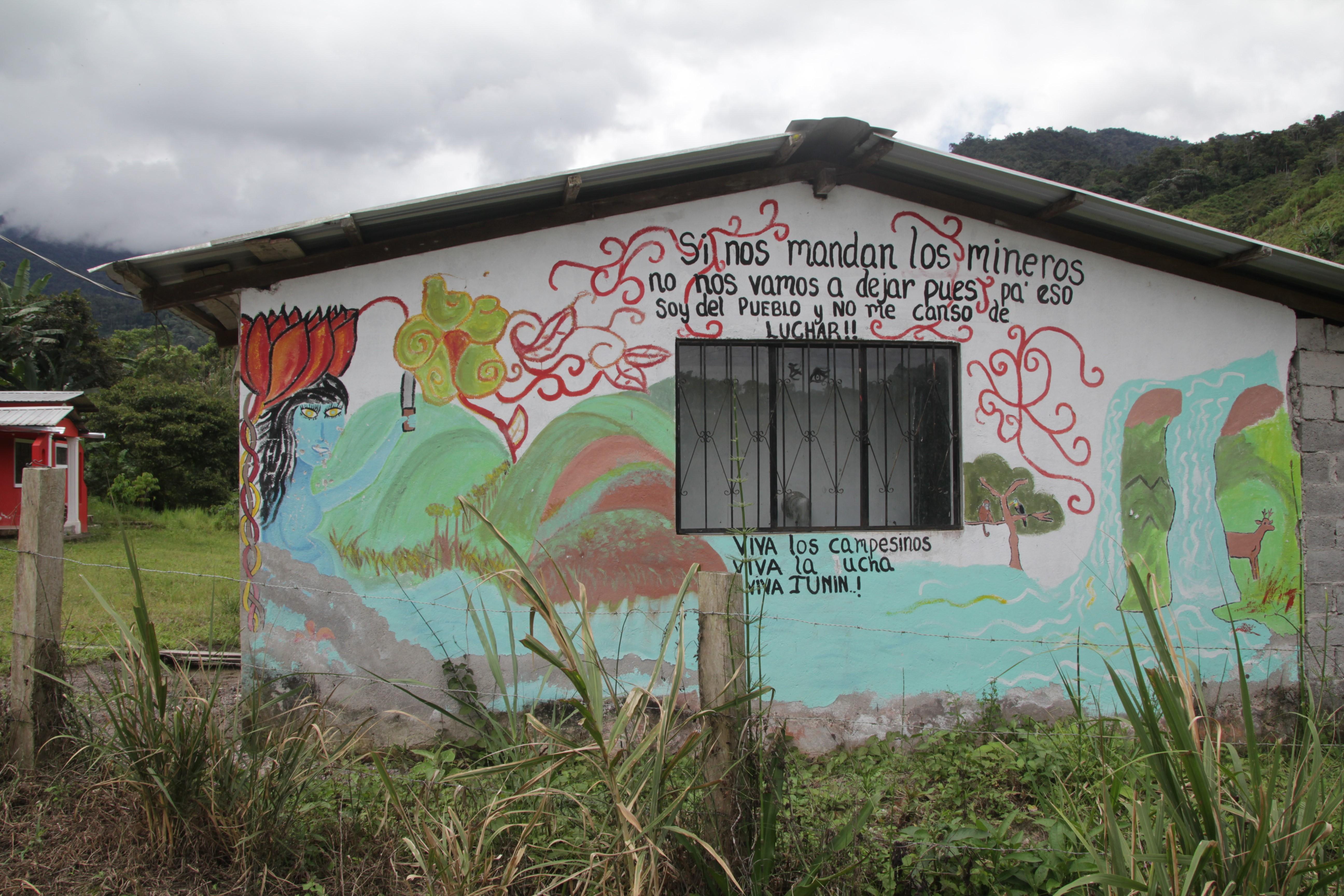 """Une maison du village : """"Si les mineurs nous l'ordonnent, nous ne partirons pas du village car nous sommes d'ici et nous ne sommes pas fatigués de lutter. Vive les paysans, vive la lutte, vive Junín"""" (© Jérôme Decoster)."""
