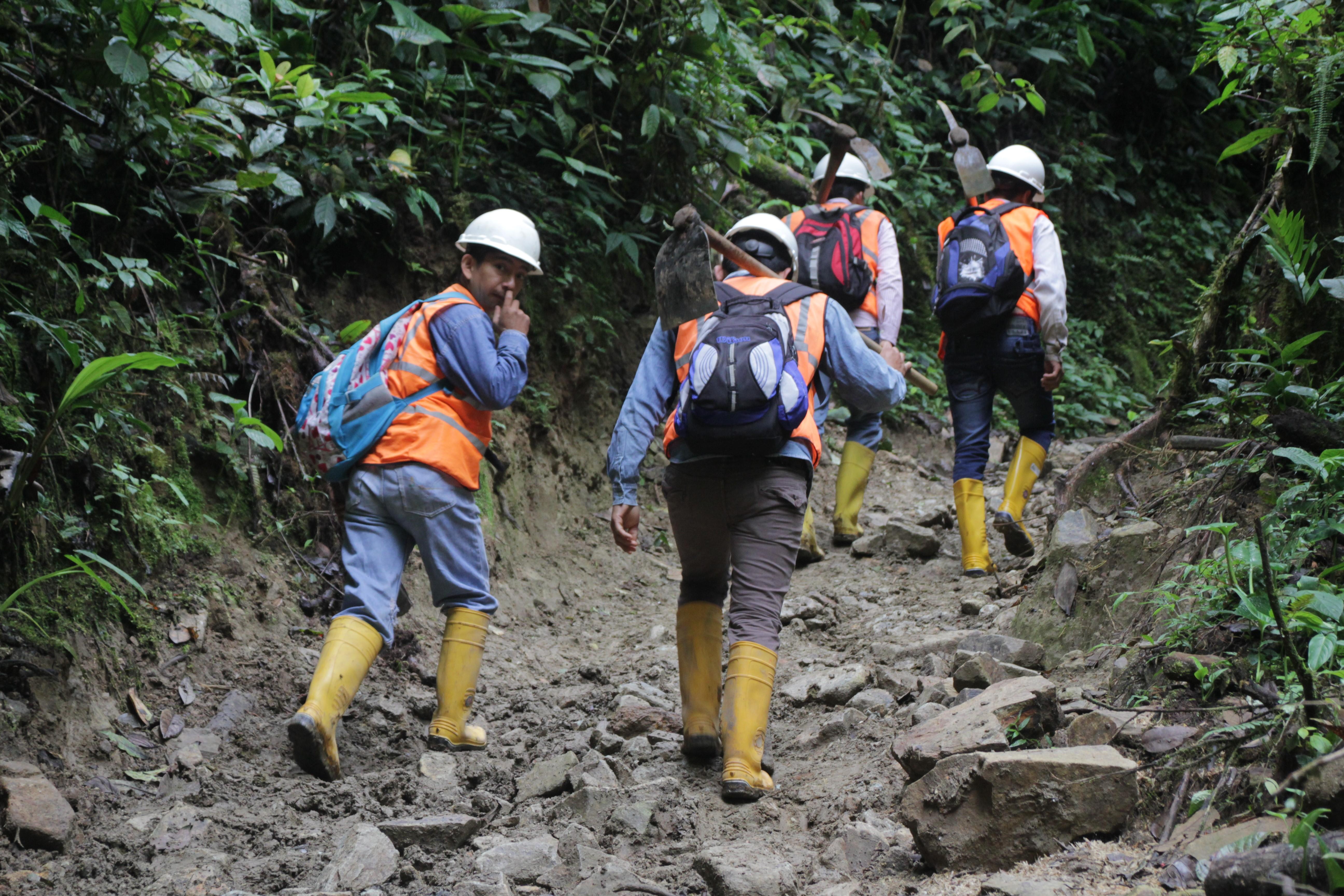 Parmi les ouvriers du projet, des habitants de Junín qui ne veulent pas parler de leurs conditions de travail (© Jérôme Decoster).