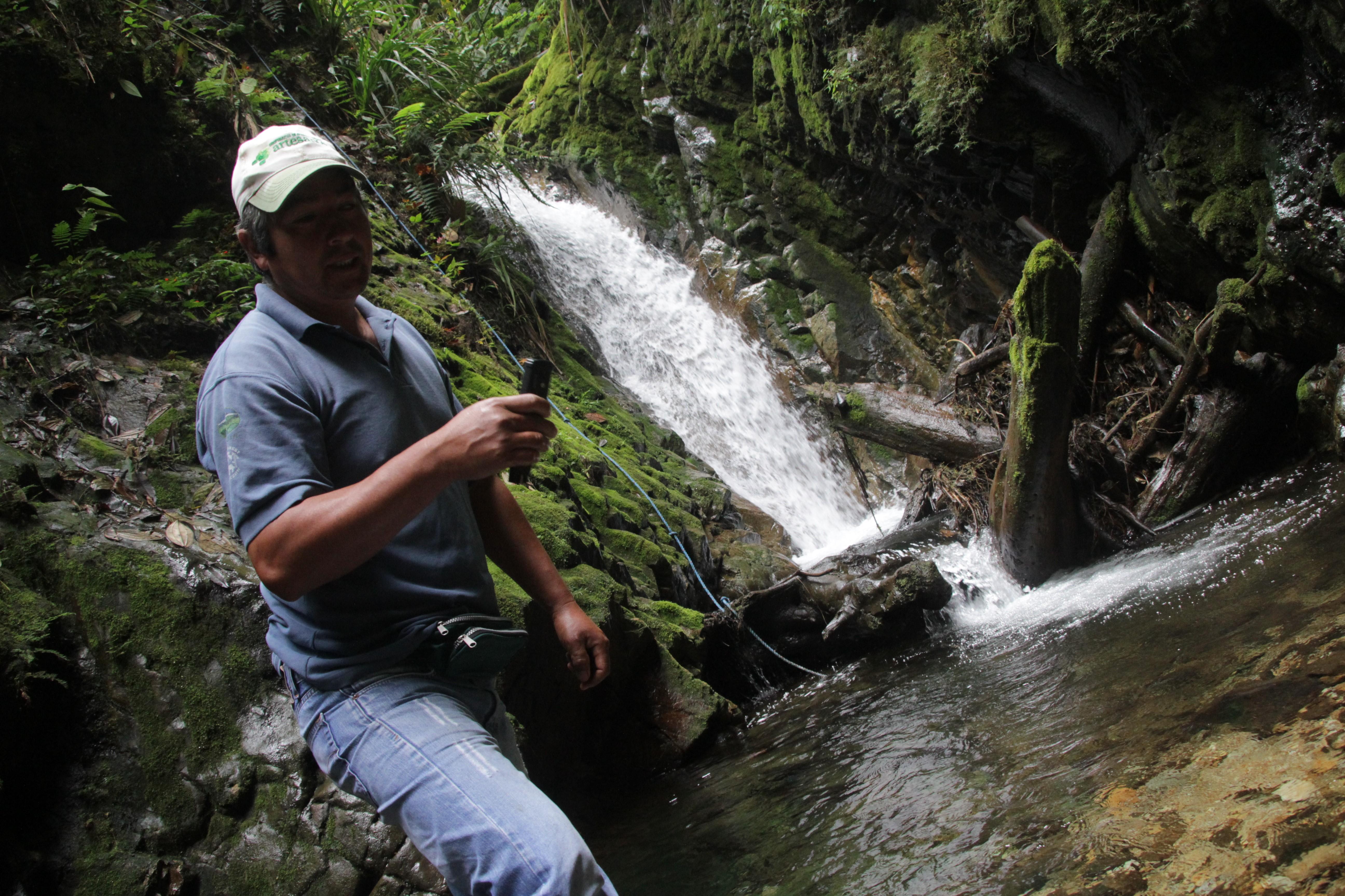 Depuis un an, les activistes anti-mine enregistrent la qualité de l'eau dans la réserve. Ils récoltent la preuve que le projet pollue l'environnement (© Jérôme Decoster).