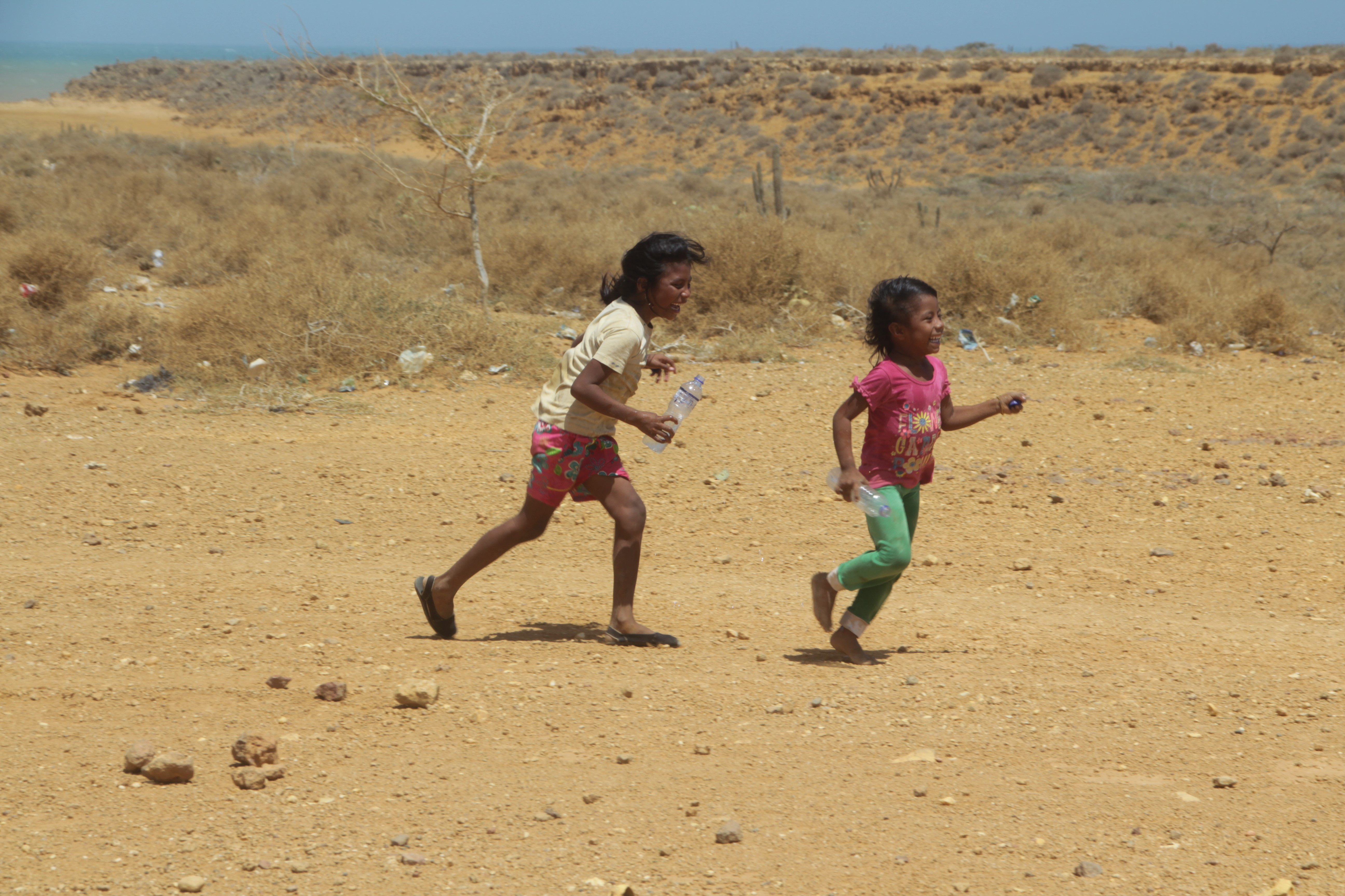 Des enfants jouent près de leur village, à Punta Gallinas (© Jérôme Decoster).