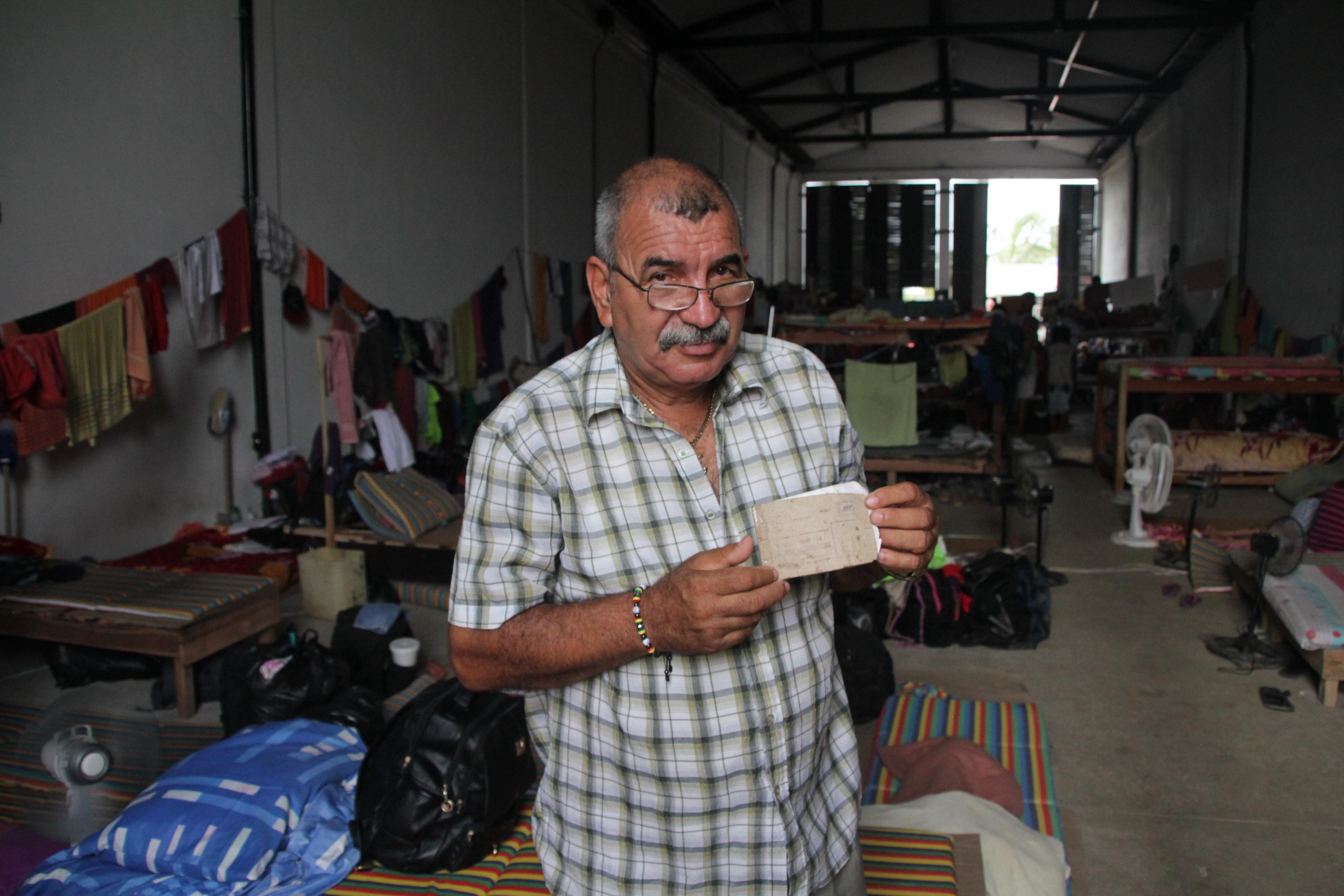 Ignacio gère la vie quotidienne des migrants cubains à Turbo, notamment les trop rares denrées alimentaires (© Jérôme Decoster).