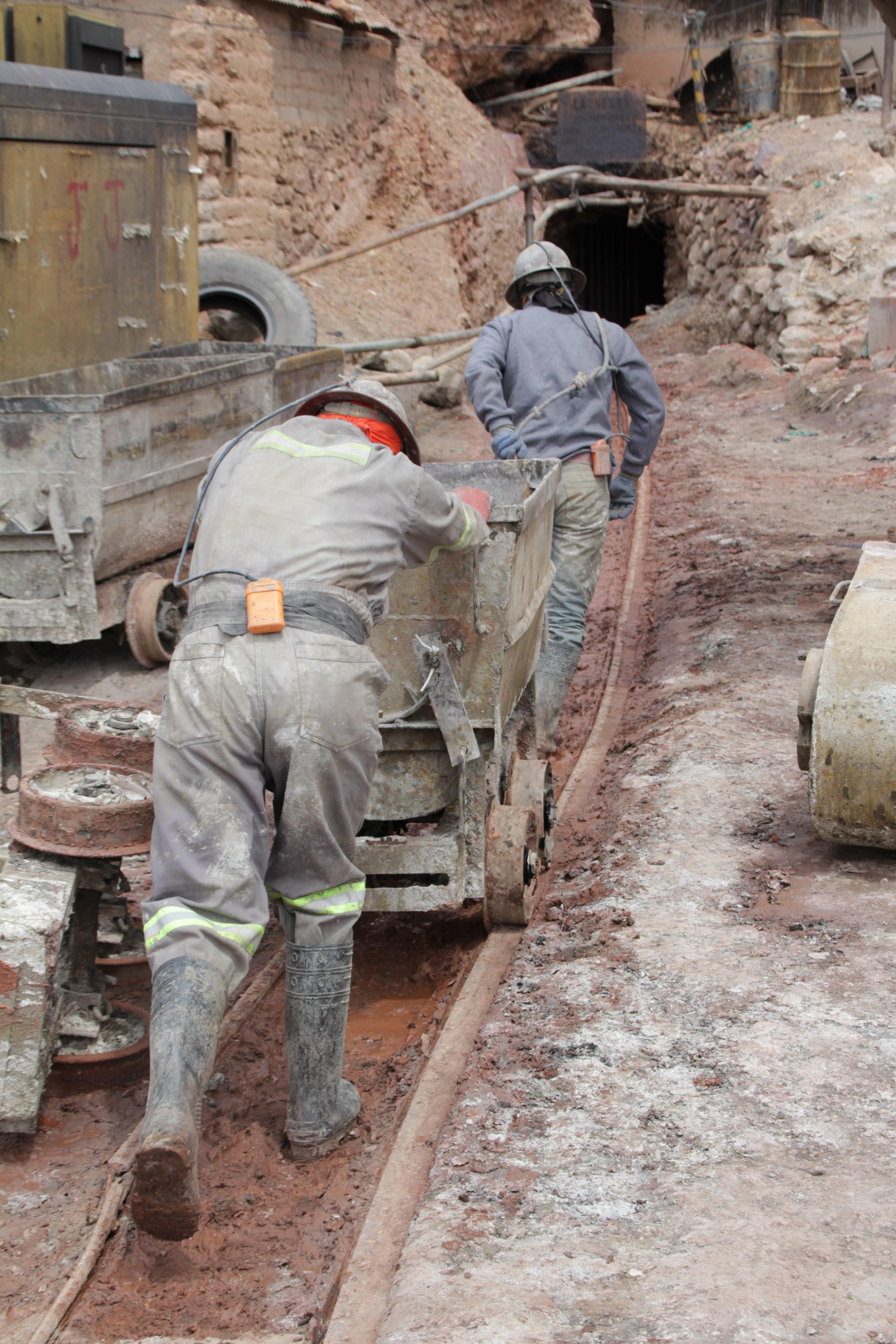Sur le Cerro Rico, les mineurs poussent les charriots pour récolter les pierres dans la mine (© Jérôme Decoster).