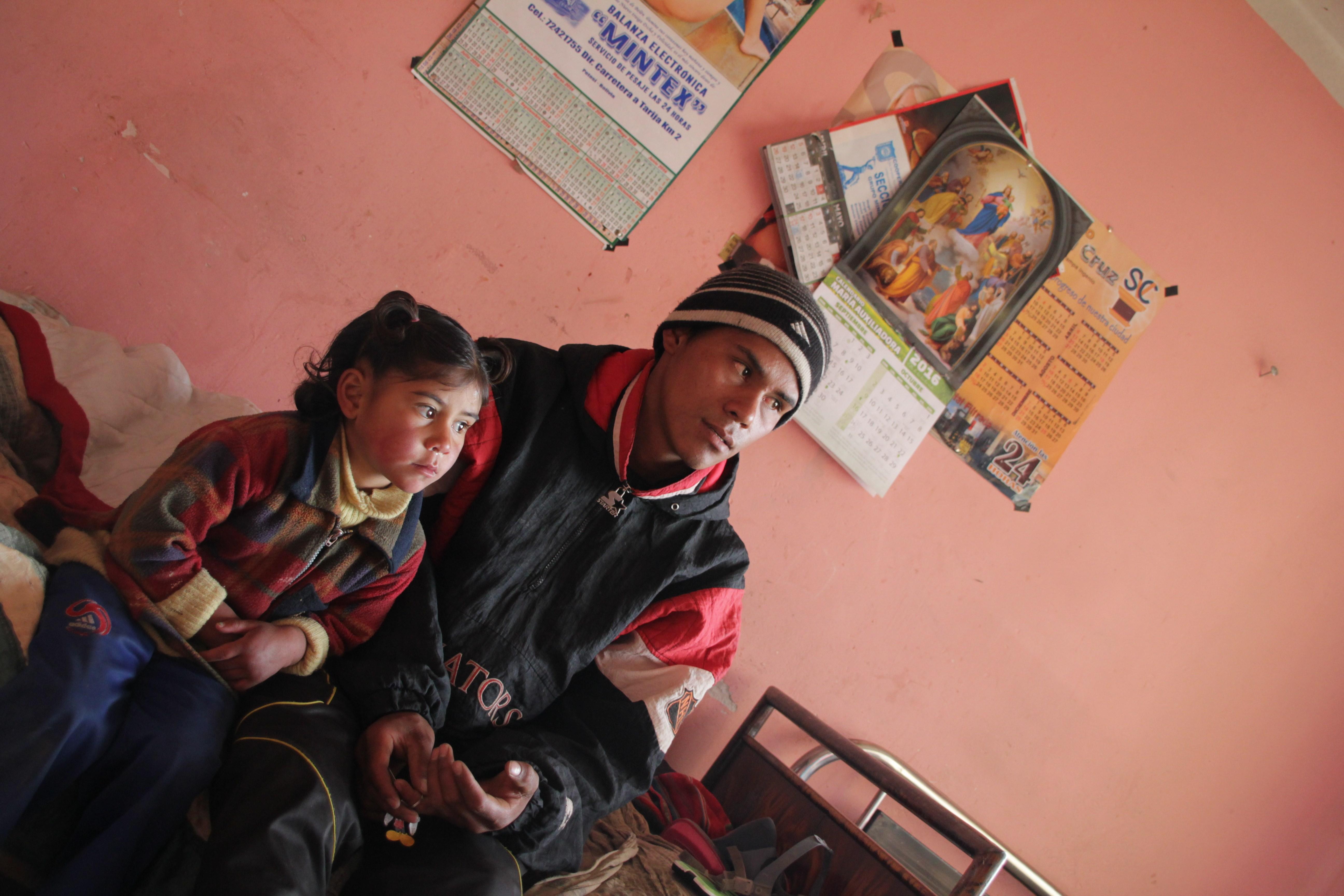 Jhenry et sa petite sœur dans l'étroite pièce où le jeune mineur vit depuis quelques jours (© Jérôme Decoster).