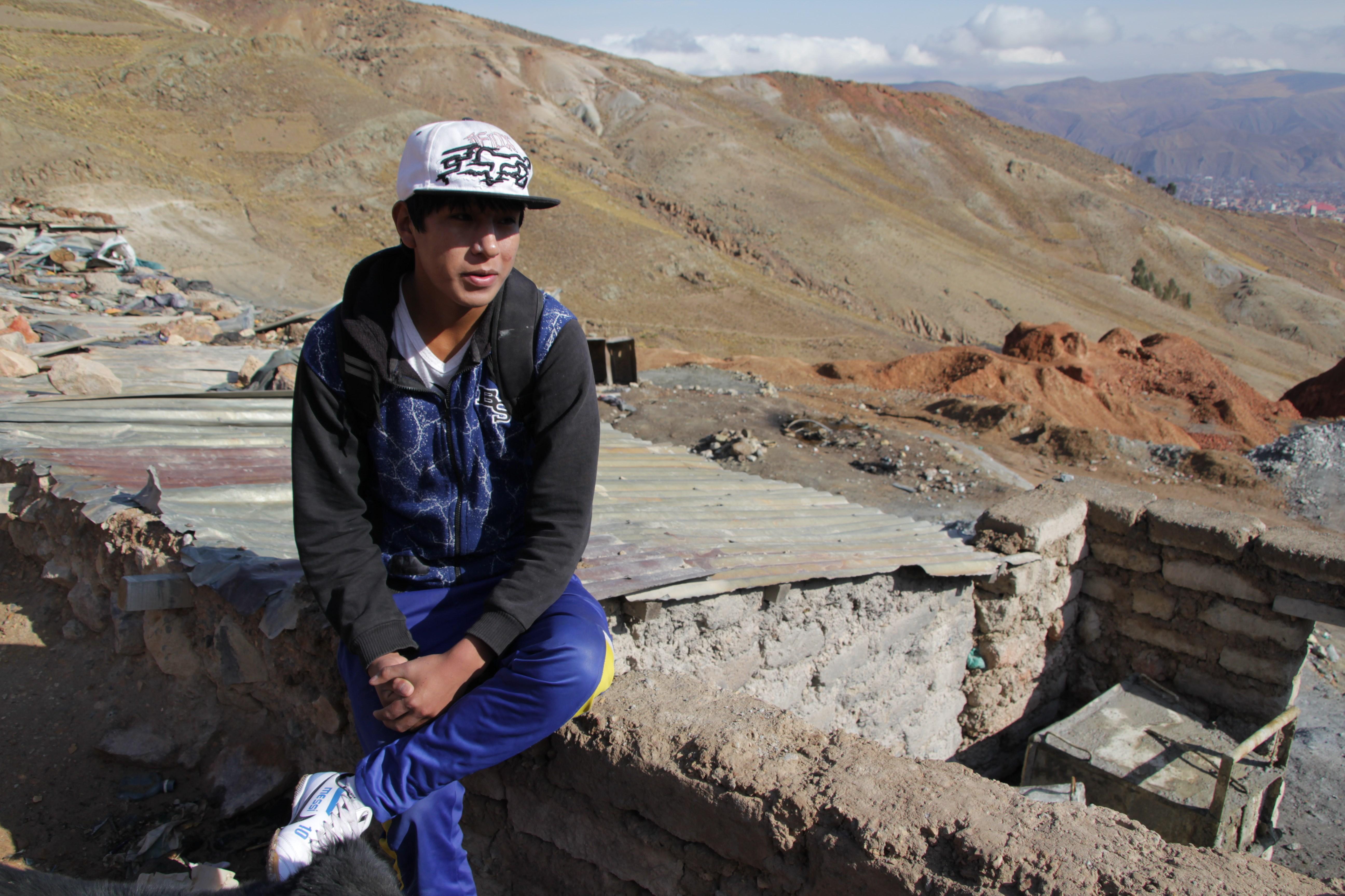 Carlos, 17 ans, prés de la mine Santa Nicolesita, son lieu de travail depuis trois ans (© Jérôme Decoster).