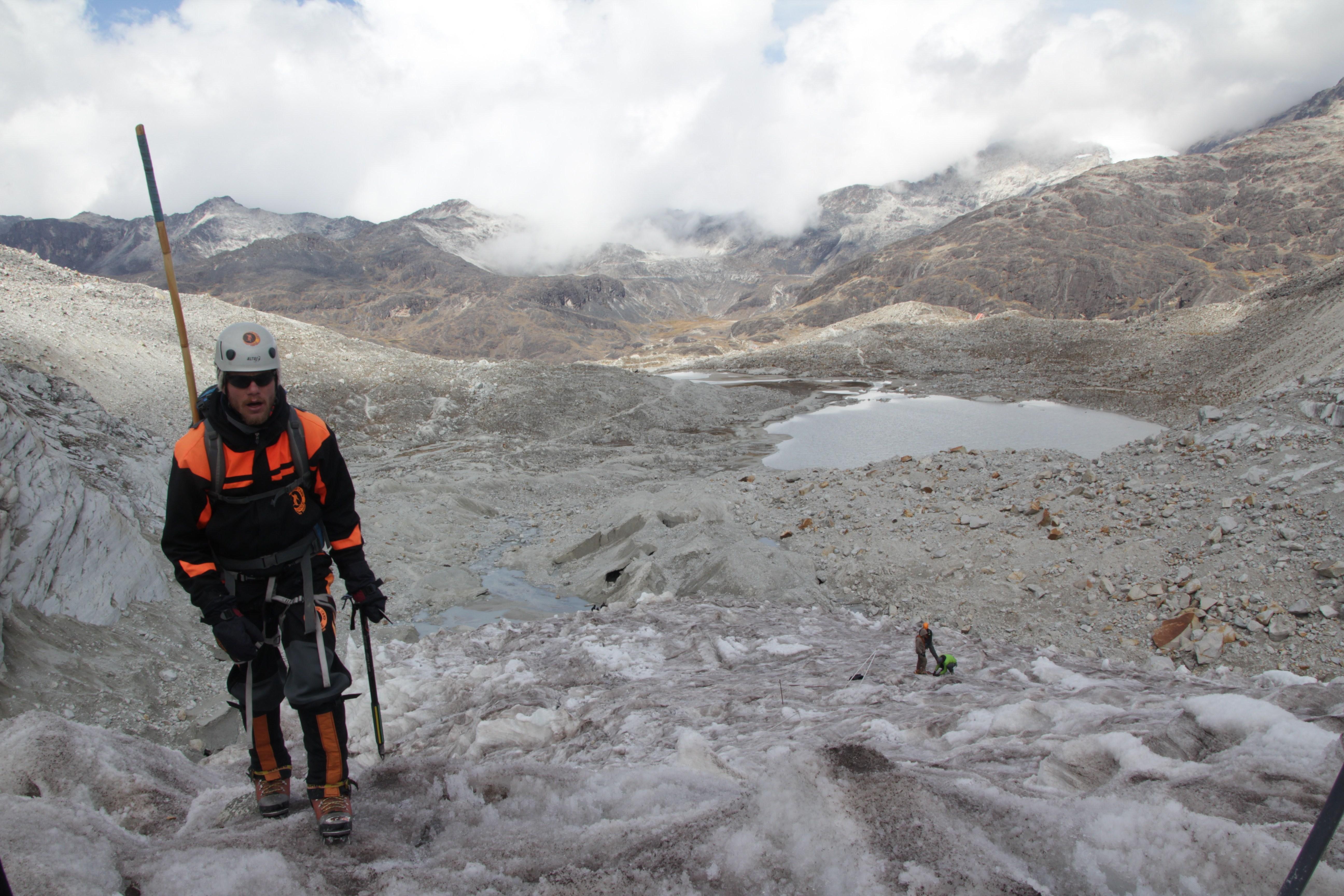 Thomas, l'un des sept grimpeurs, en pleine initiation sur le glacier (© Jérôme Decoster)
