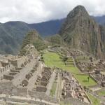 Après avoir grimpé la Montaña du Machu Picchu, le Soleil commence à embraser les ruines. (© Jérôme Decoster).